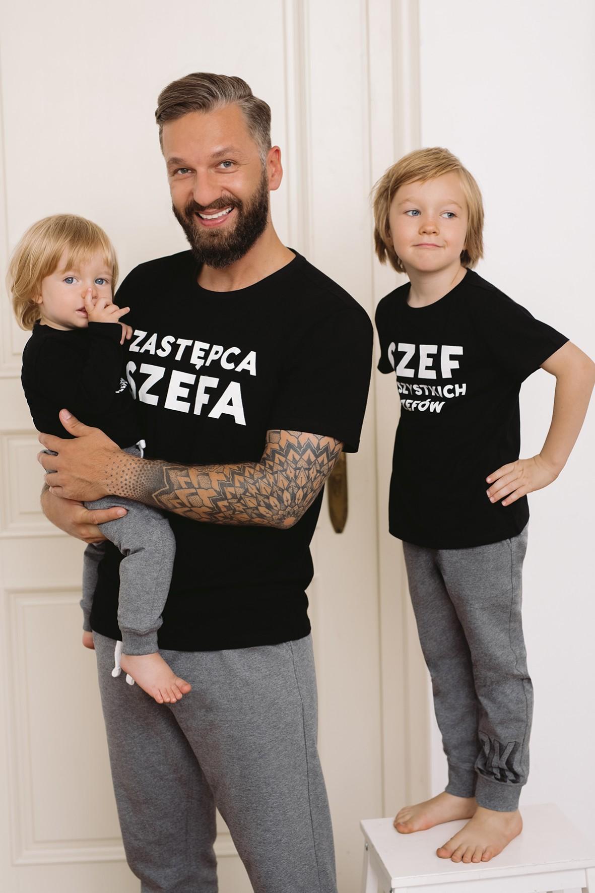 T-shirt chłopięcy czarny z napisem - Szef wszystkich szefów