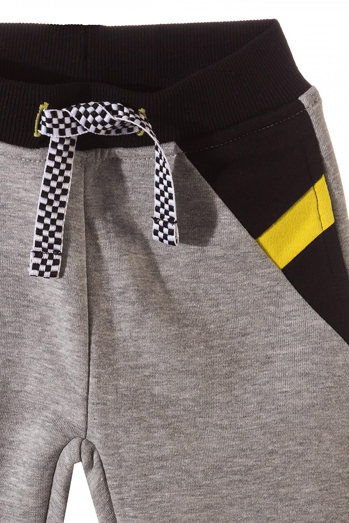 ded3b14066e7c Szare, dresowe spodnie dla chłopca z zółtymi i czarnym modnymi ...