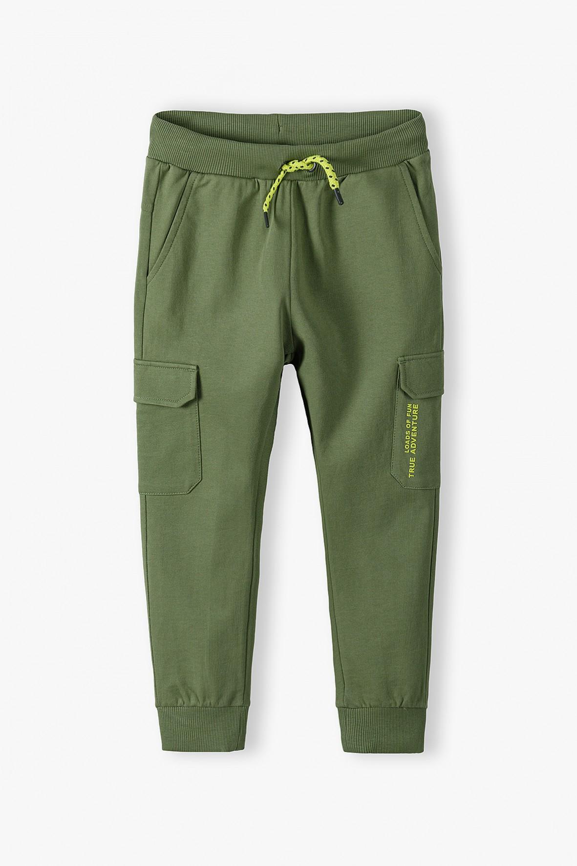 Spodnie dresowe chłopięce z kieszeniami khaki