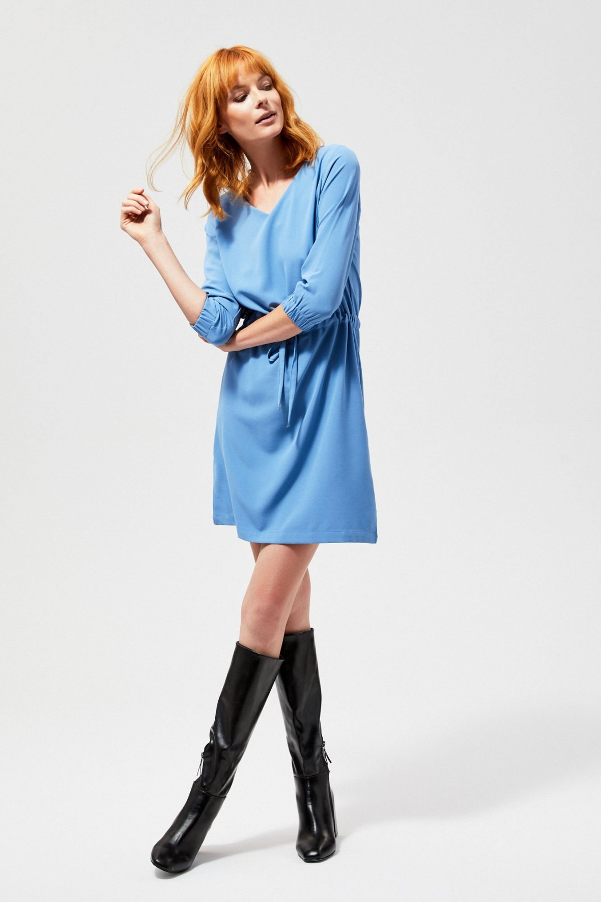 Sukienka ze ściągaczem w talii na długi rękaw - niebieska