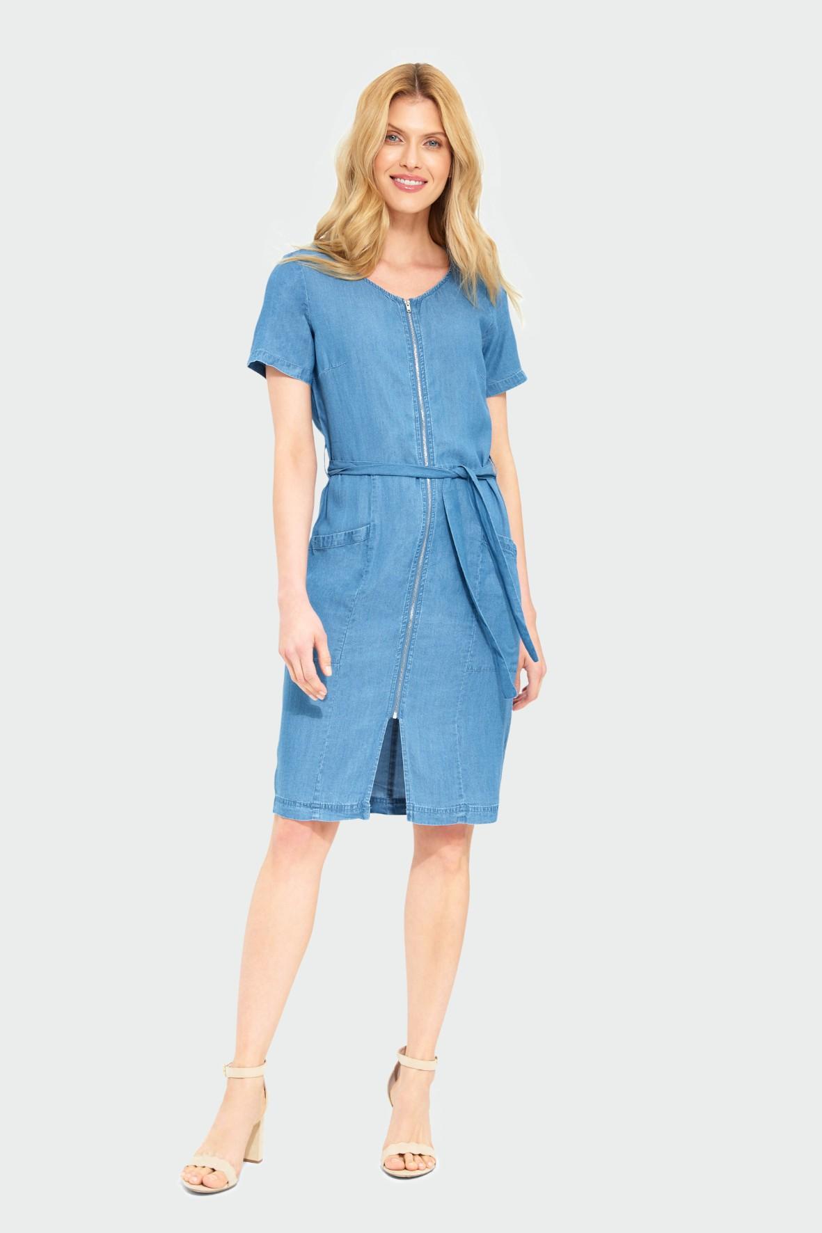 Niebieska dopasowana sukienka z lyocellu z paskiem podkreślającym talię