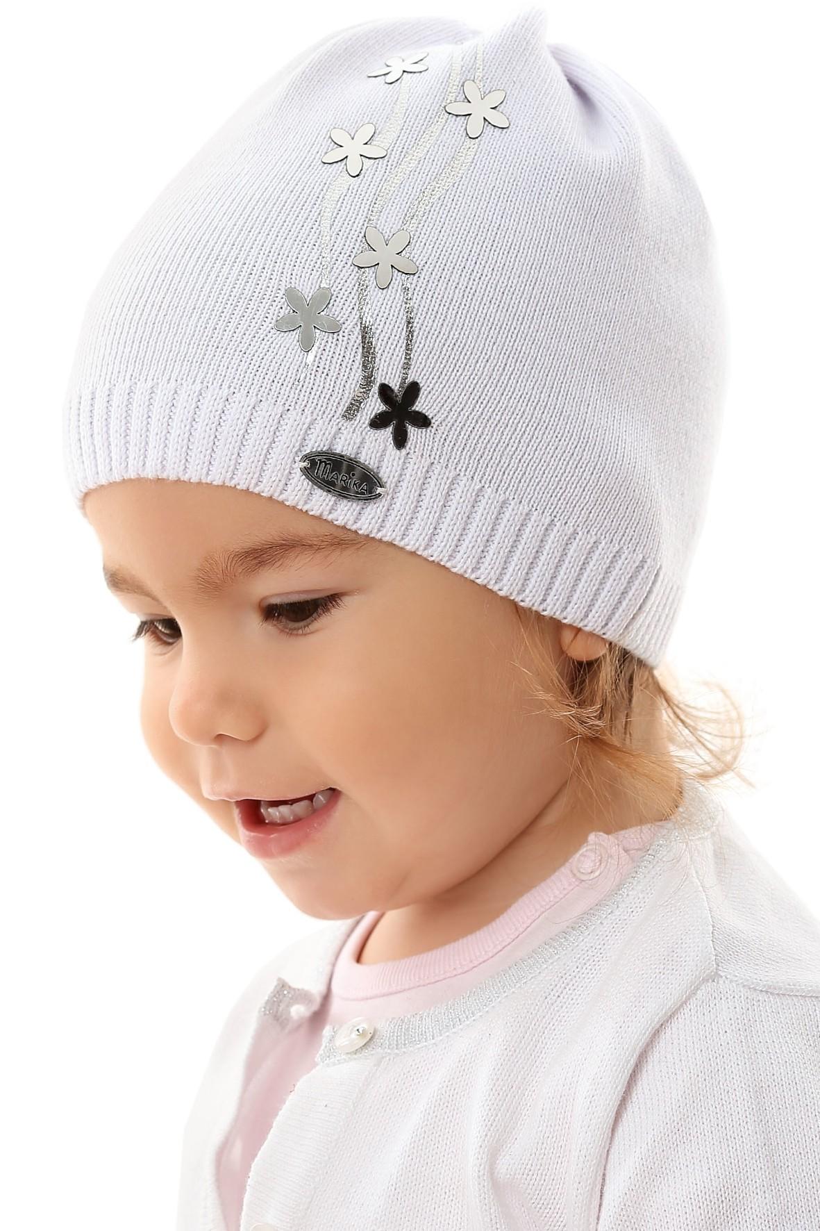 Czapka dziewczęca w kolorze białym w srebrne kwiatki
