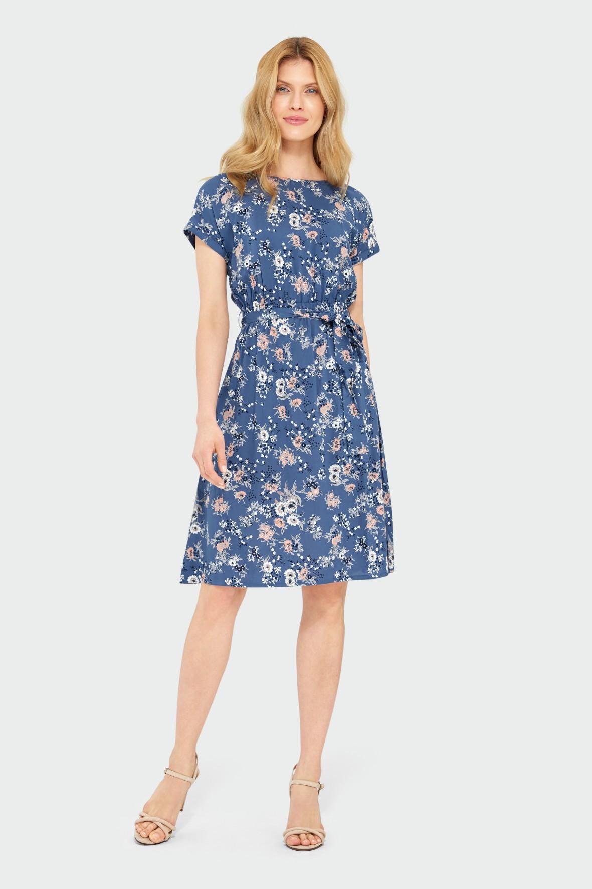 Luźna wiskozowa sukienka z kwiatowym nadrukiem pasek w talii niebieska