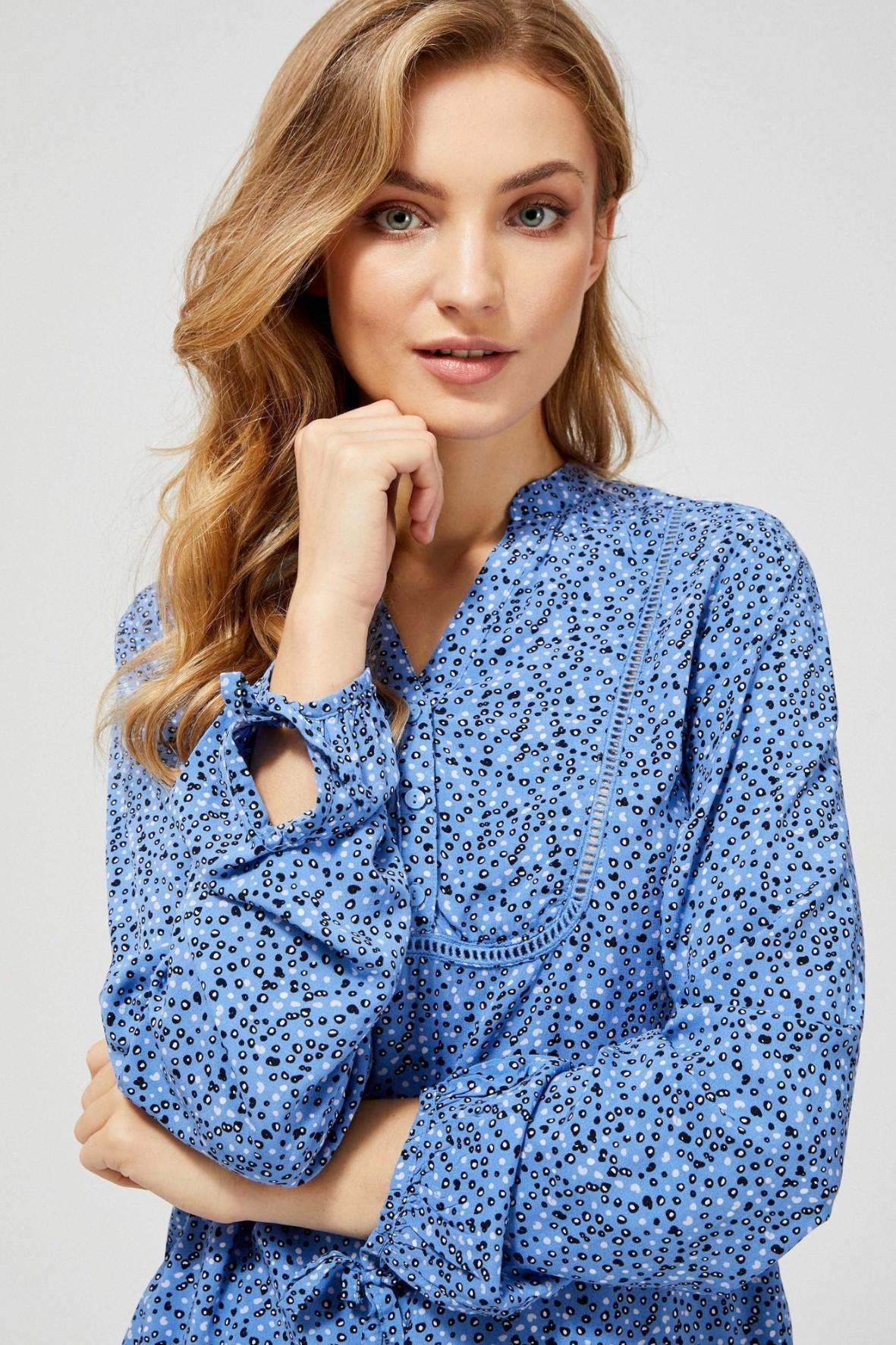 Niebieska wiskozowa koszula damska z kolorowym nadrukiem