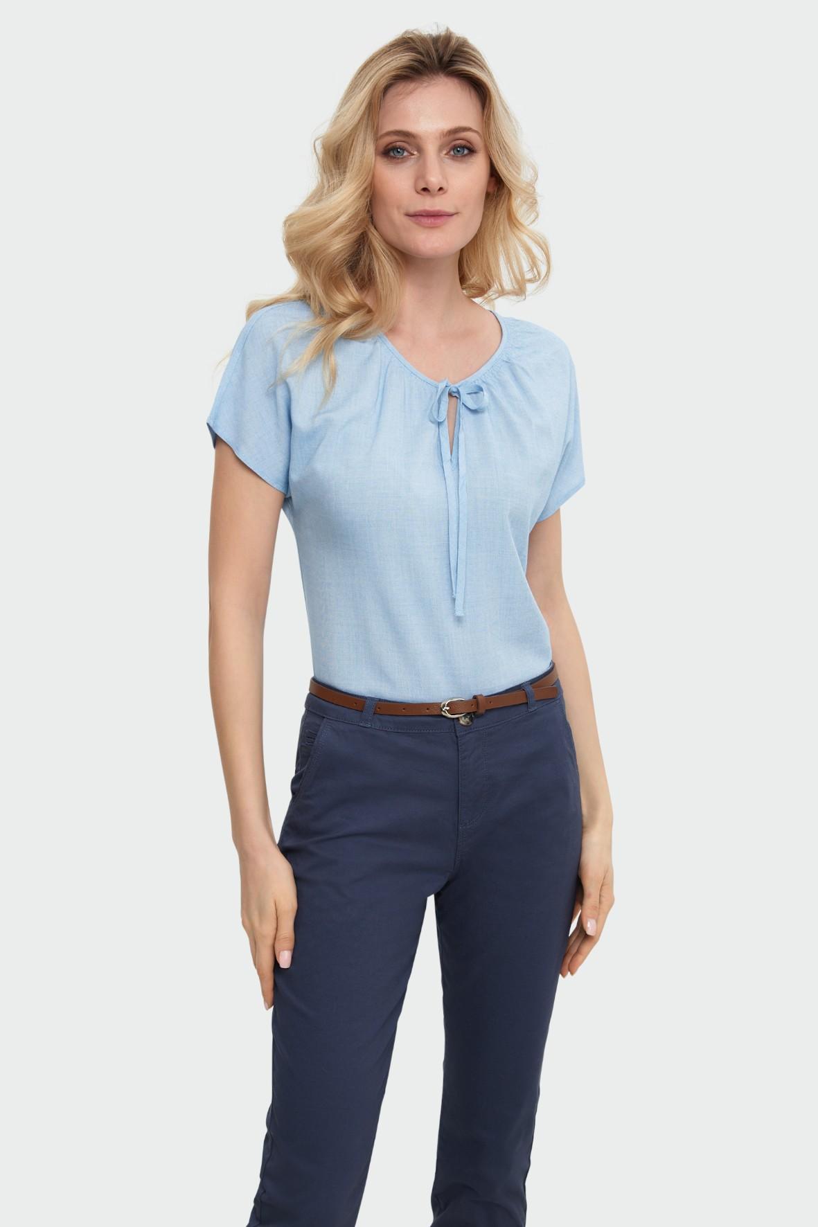 Niebieska bluzka z dekoracyjnym wiązaniem - krótki opadający rękaw