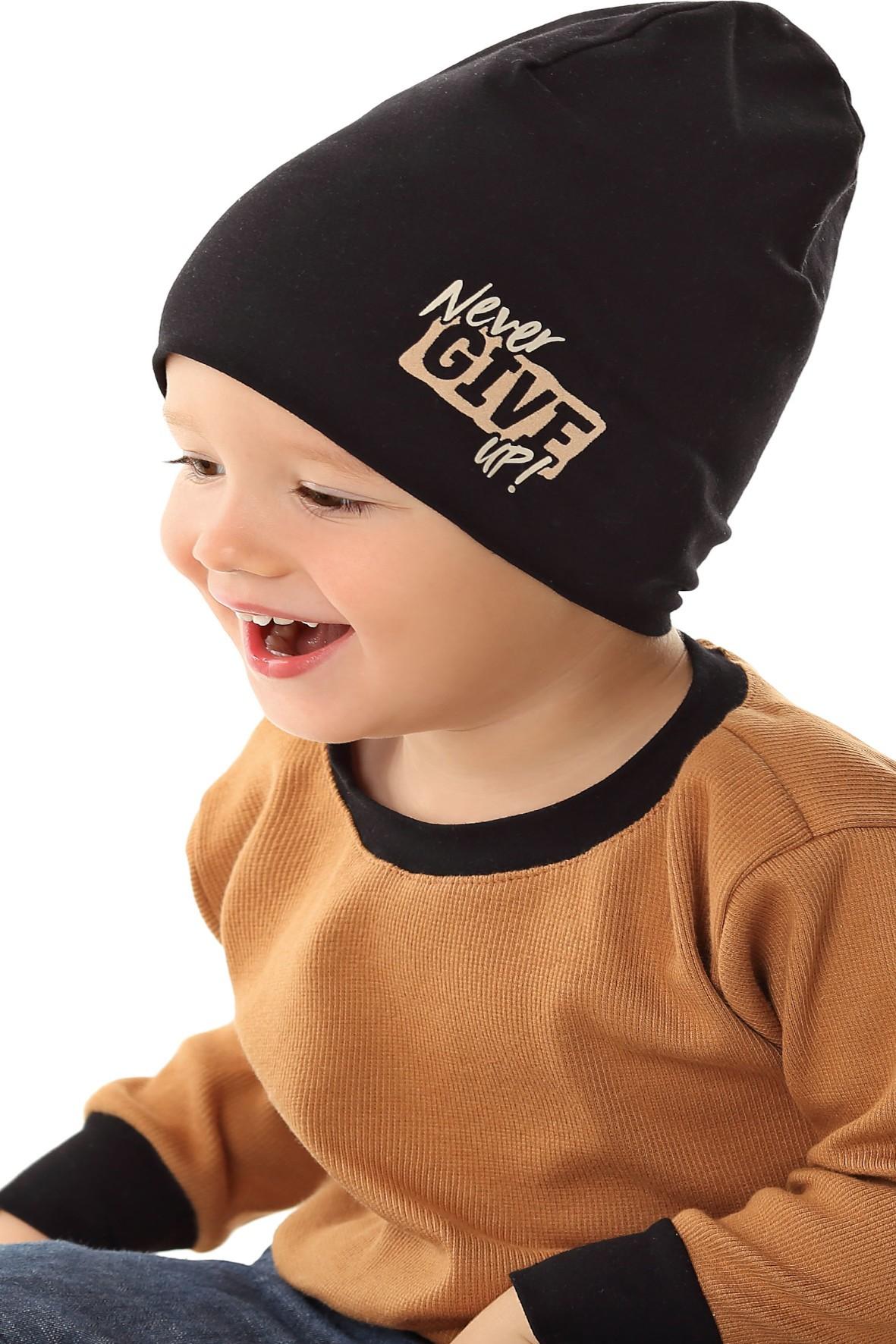 Czapka dziecięca w kolorze czarnym z napisem Never Give Up