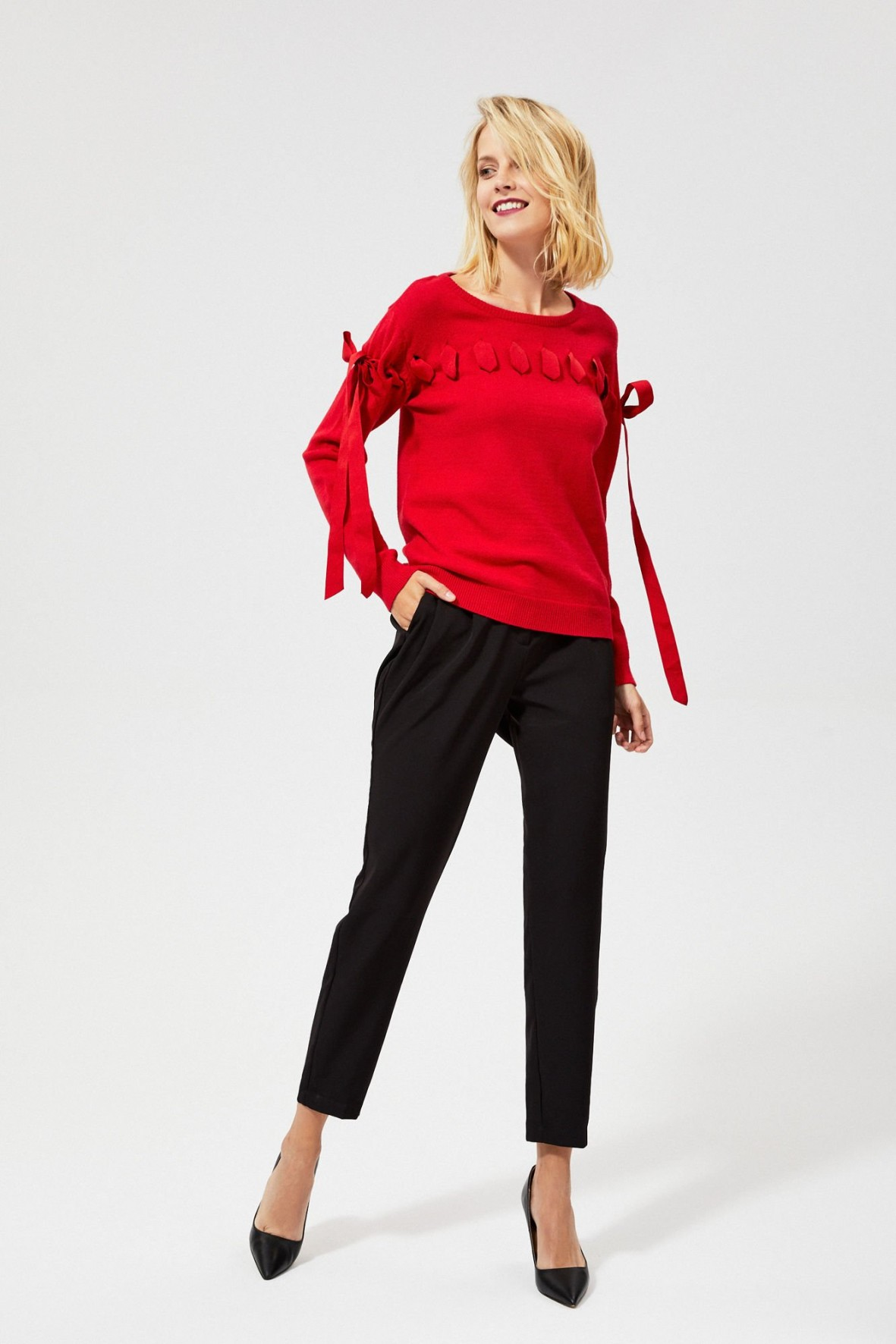 Czarwony sweter z ozdobna wstążką