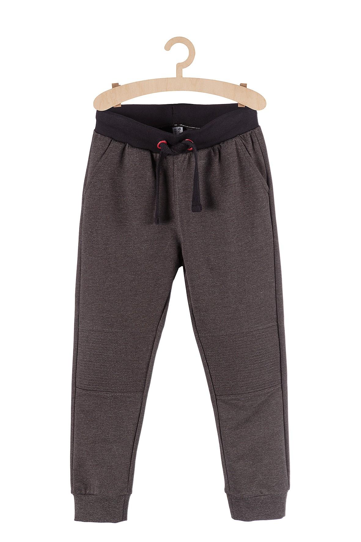 Spodnie dresowe chłopięce szare z przeszyciami na kolanach