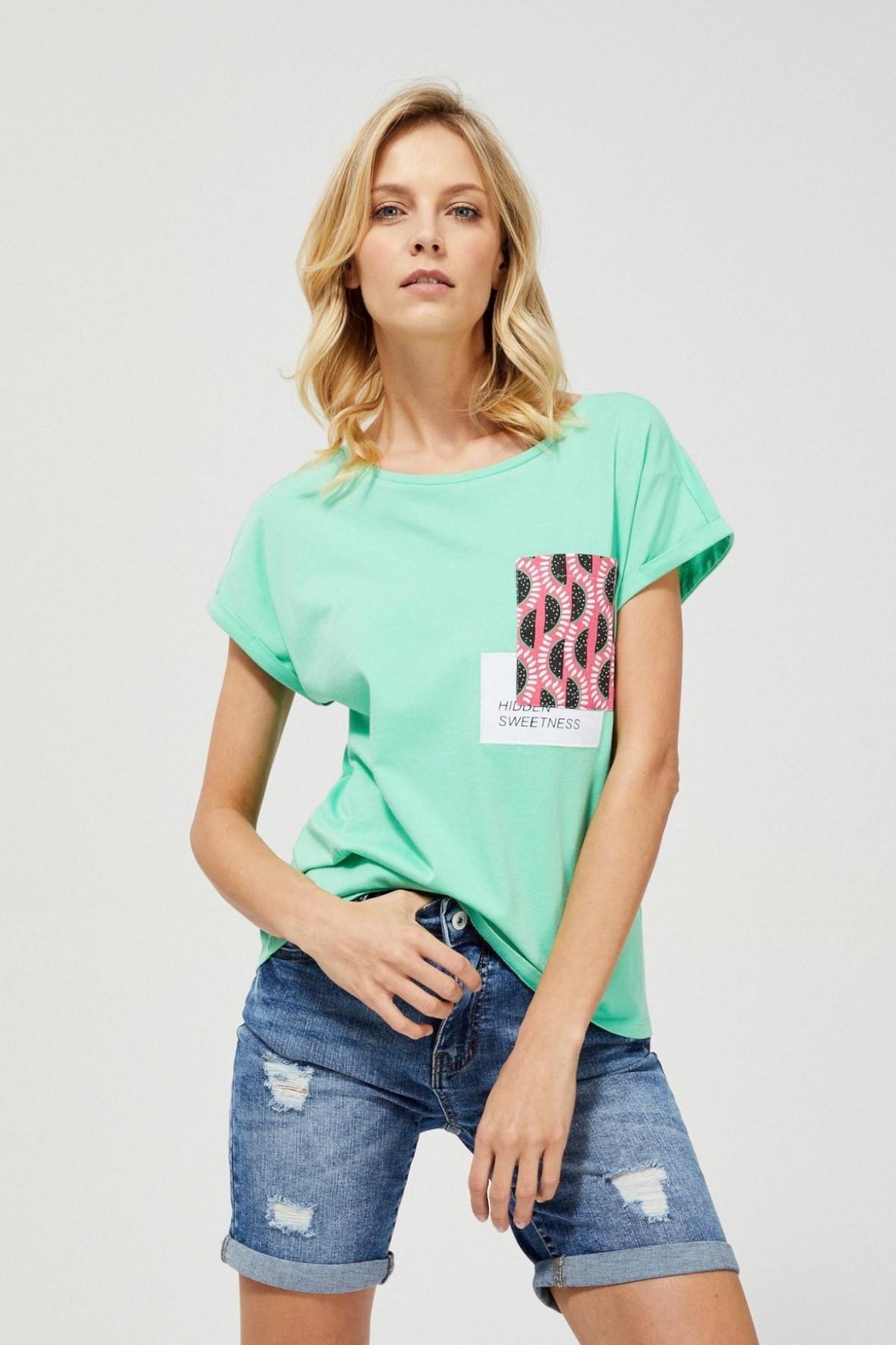 Bawełniany zielony T-shirt damski na krótki rękaw z ozdobną kieszonką
