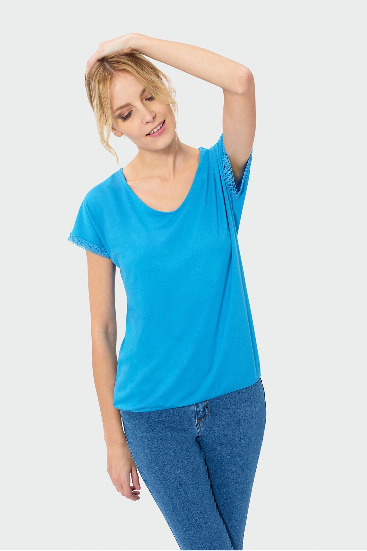 Niebieski top damski z ozdobną koronką na rękawach