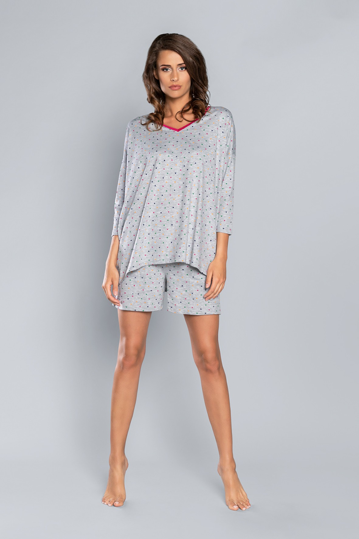 Dwuczęściowa piżama damska w kolorze szarym  - t-shirt  w kolorowe serduszka 7/8 rękaw