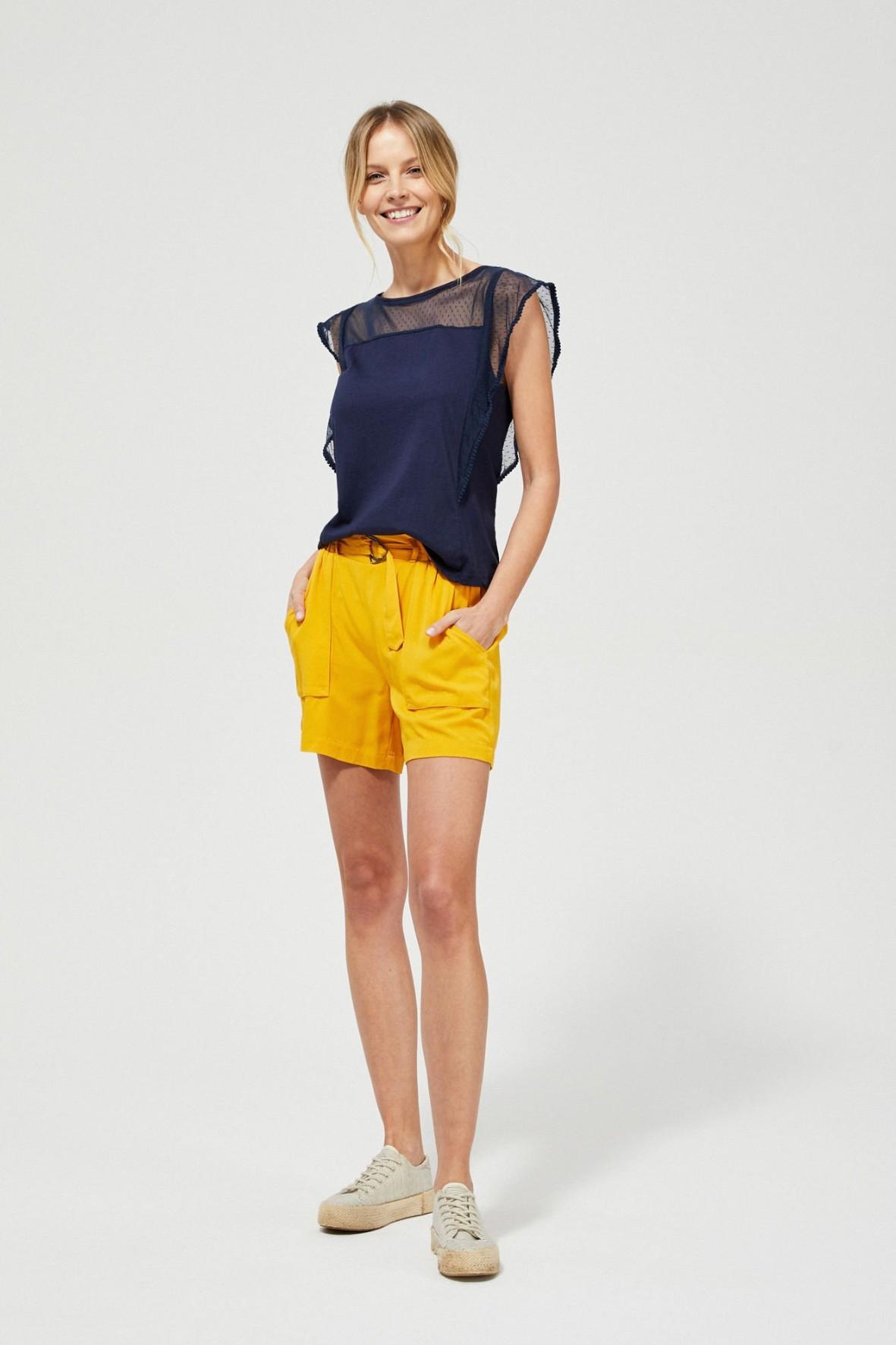 Krótkie spodenki o szerokich, prostych nogawkach żółte