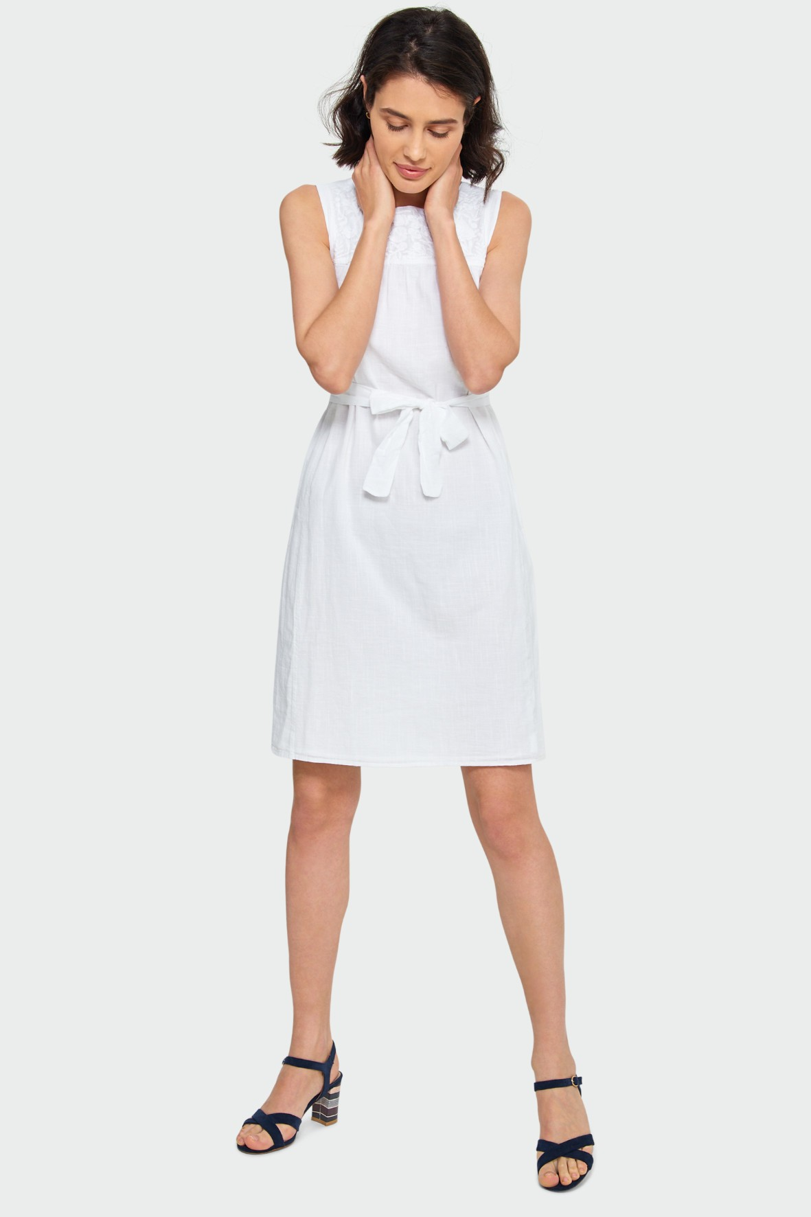Biała bawełniana sukienka o luźnym kroju z dekoracyjną wstawką przy dekolcie