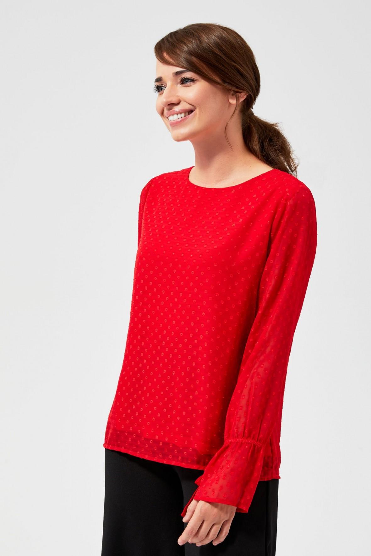 Czerwona bluzka z ozdobnymi rękawami