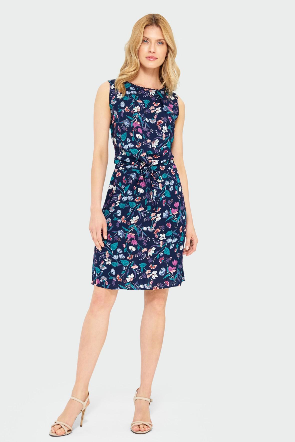Wiskozowa sukienka z kwiatowym nadrukiem bez rękawów granatowa