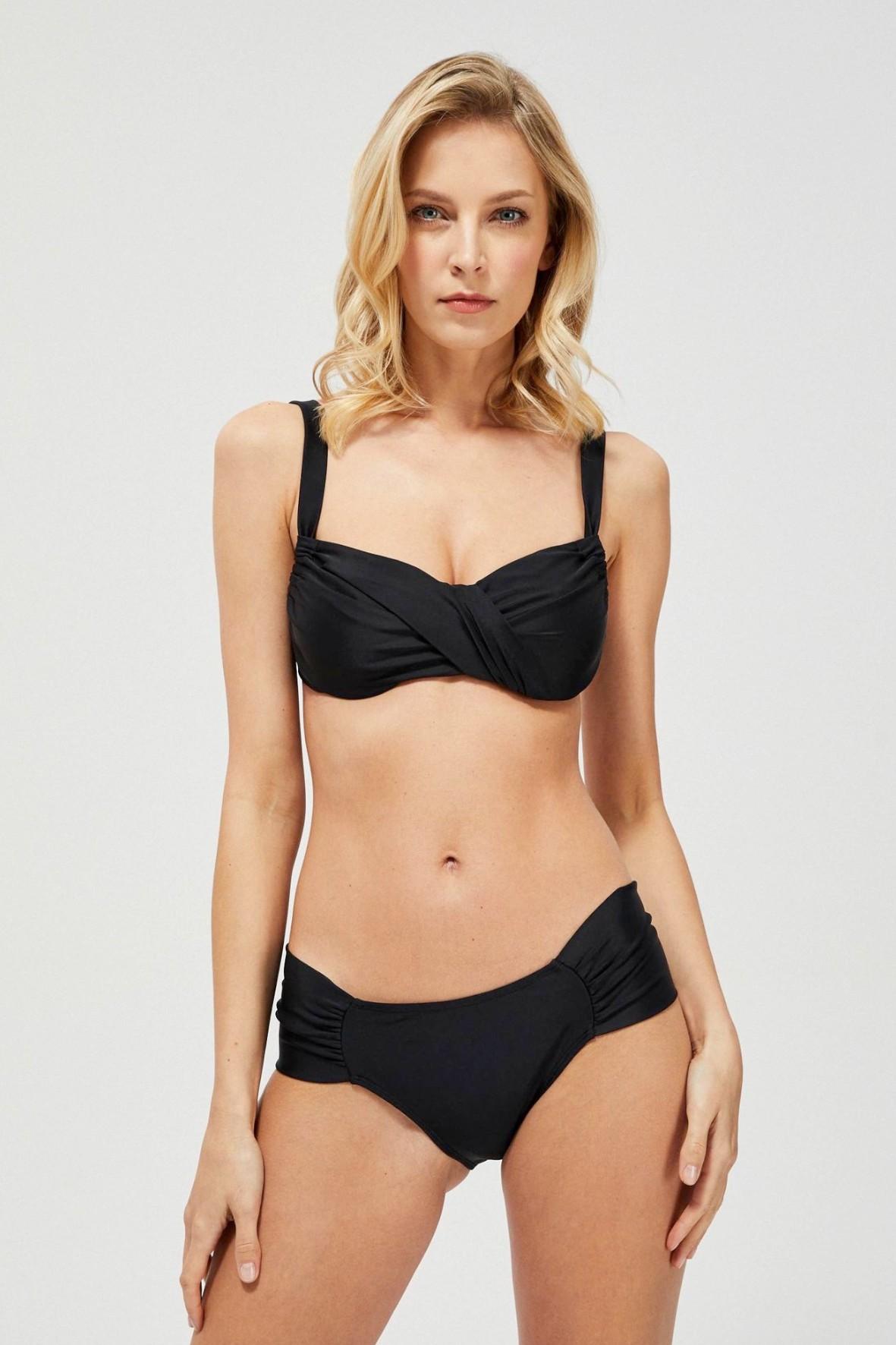 Czarny dół od bikini z marszczeniem