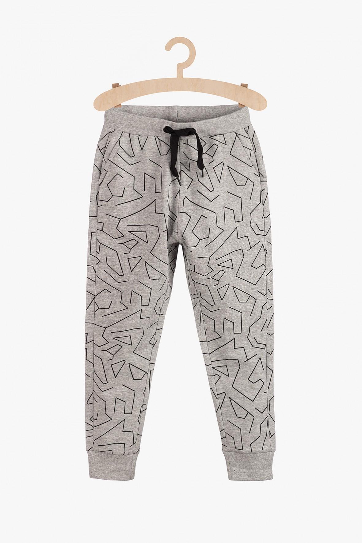 Szare spodnie dresowe w asymetryczne wzory