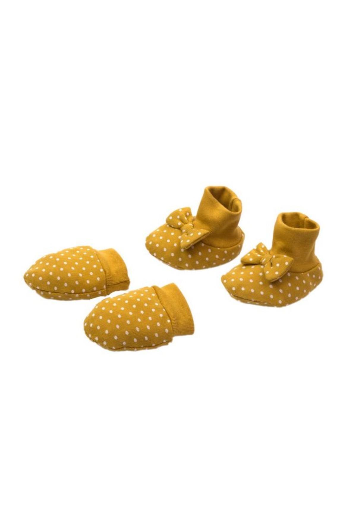 Komplet rękawiczek i bucików w musztardowym kolorze