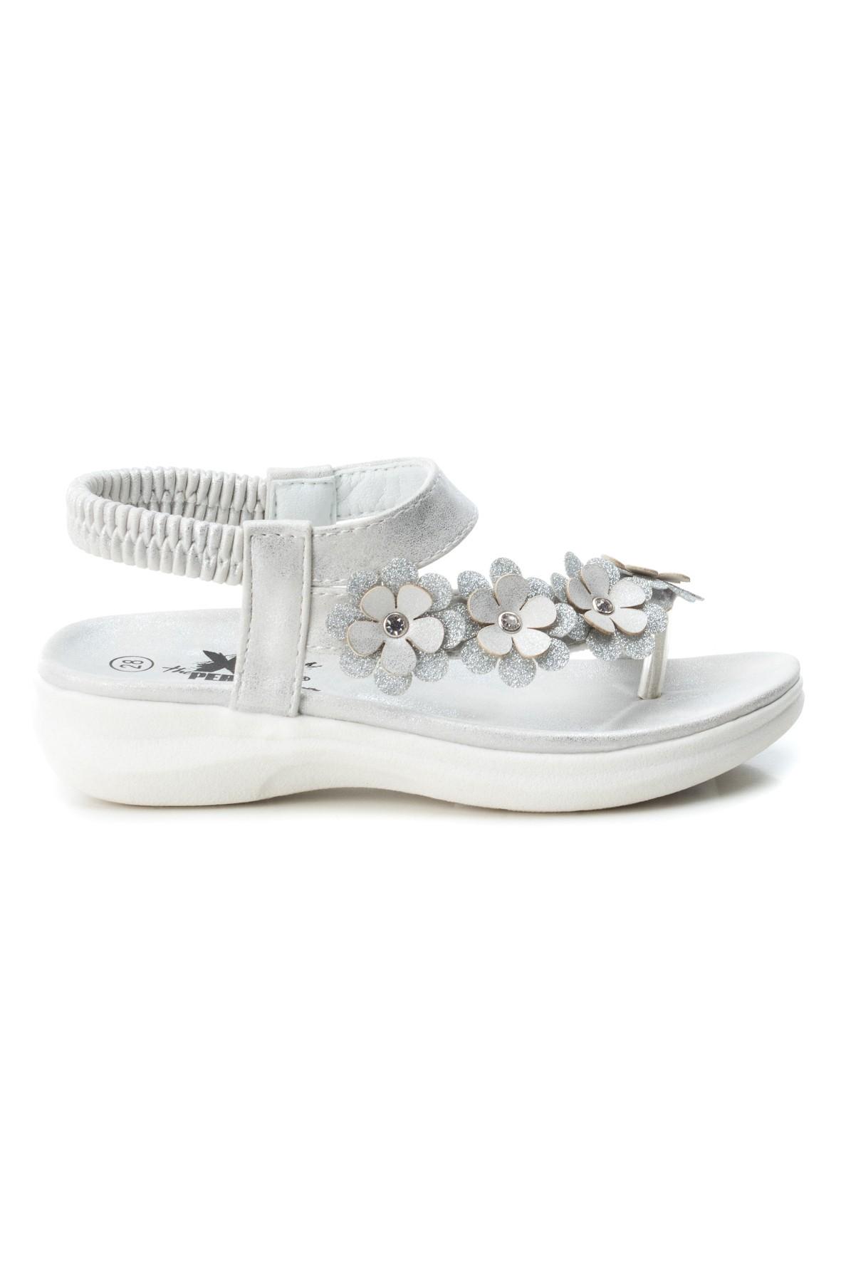 Sandały dla dziewczynki ozdobione kwiatkami