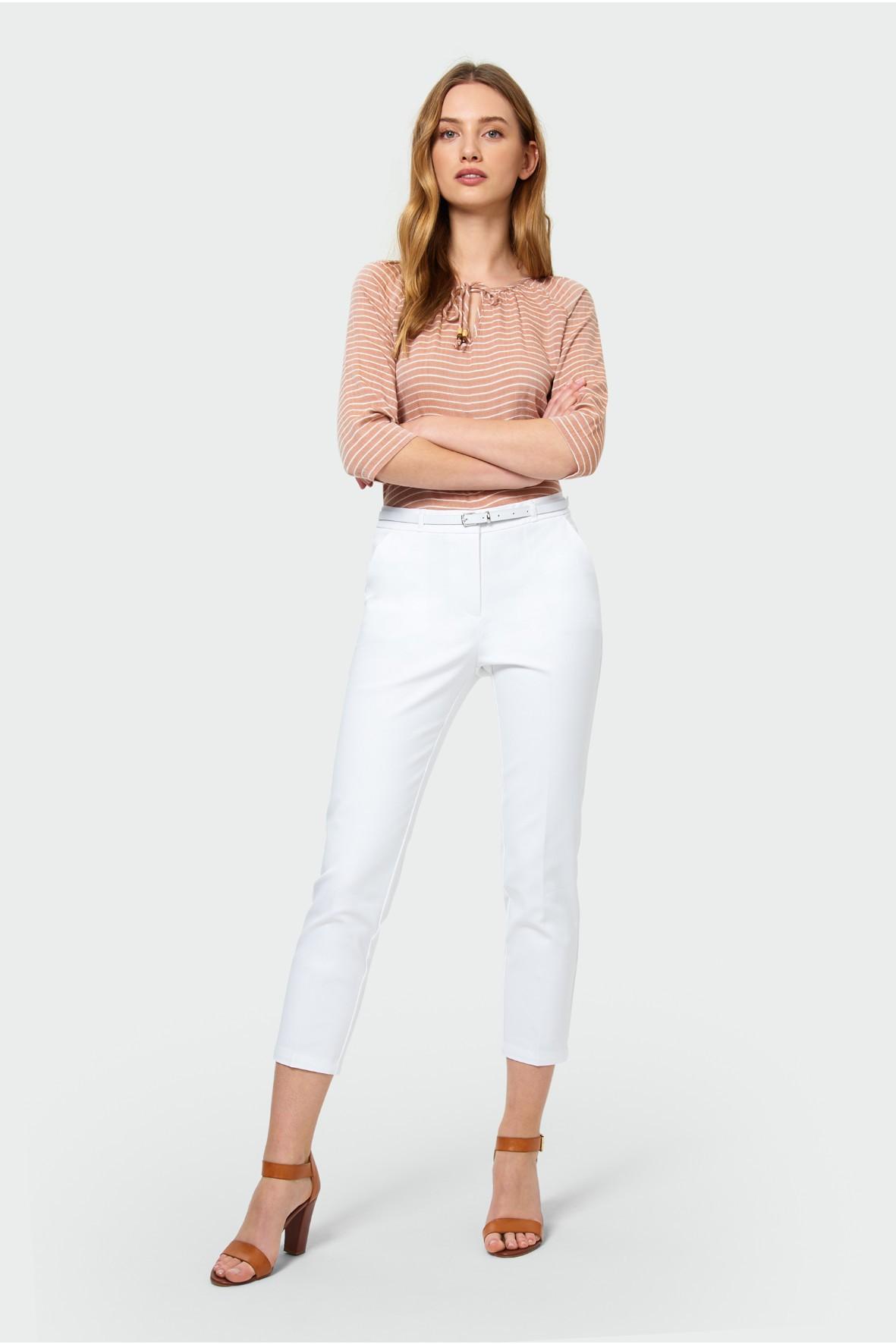 Białe eleganckie spodnie damskie z paskiem