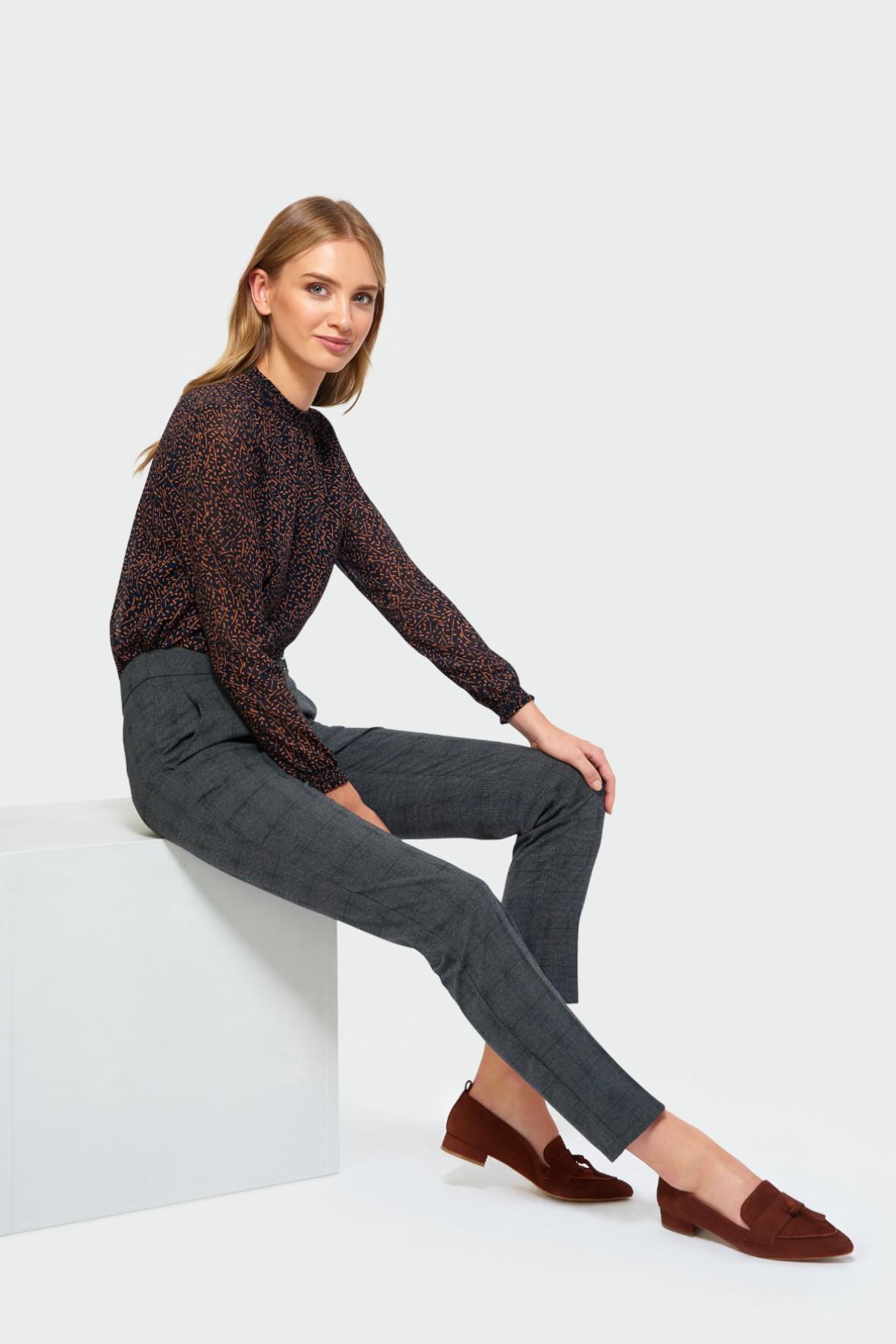 Eleganckie spodnie o klasycznym kroju - szare w kratę
