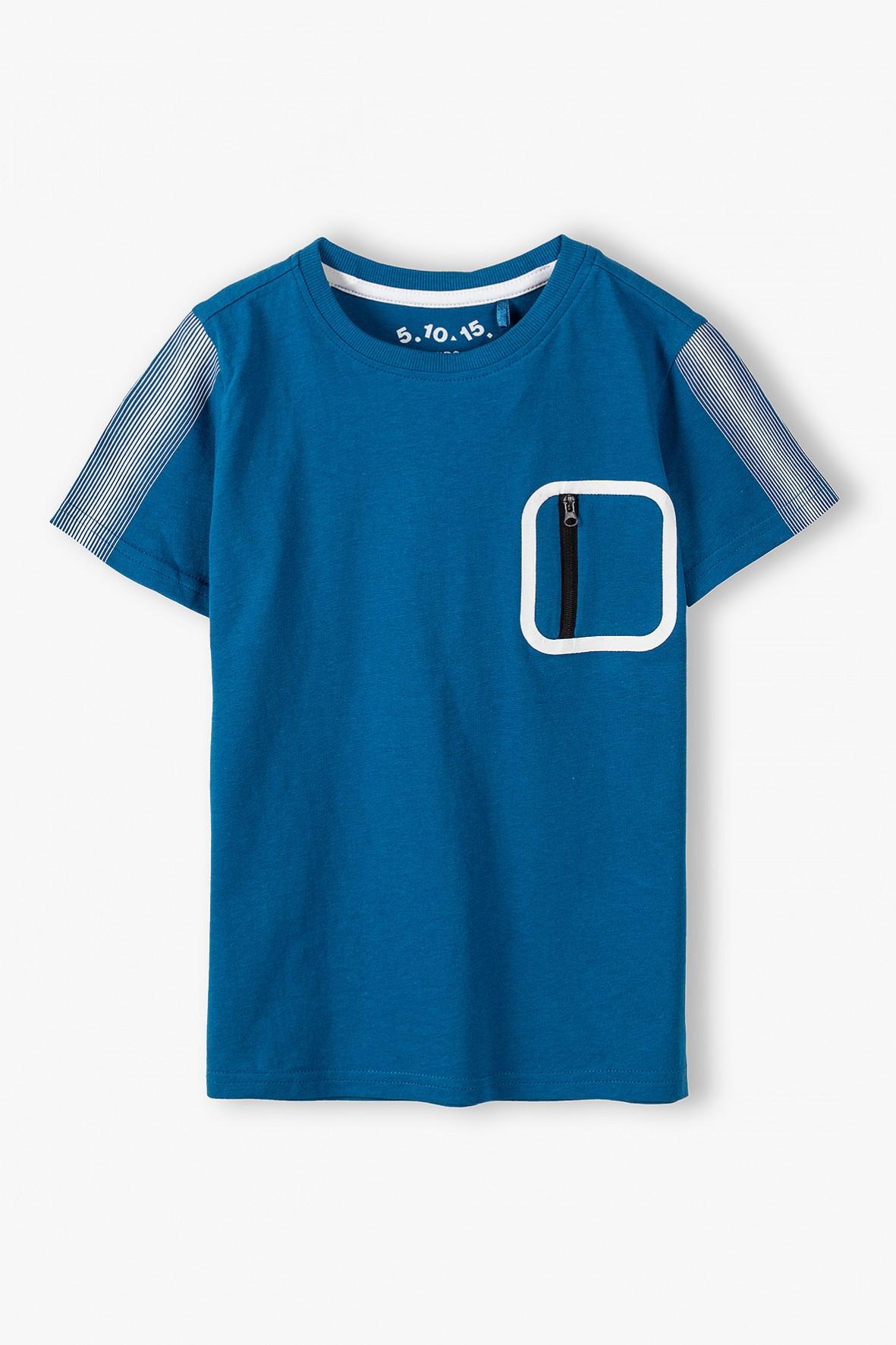 Bawełniany t-shirt chłopięcy w kolorze niebieskim- ozdobna kieszeń