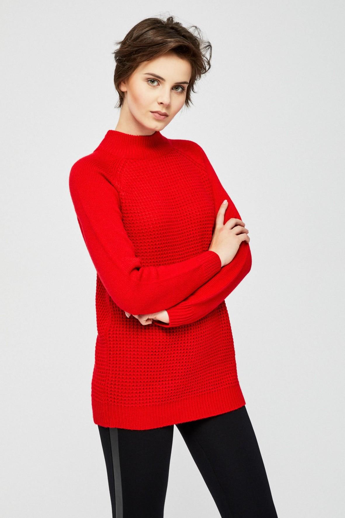 Czerwony sweter z połgolfem