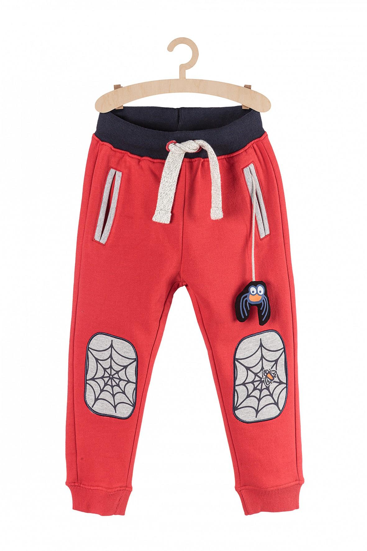Spodnie chłopięce dresowe- czerwone z łatami na kolanach