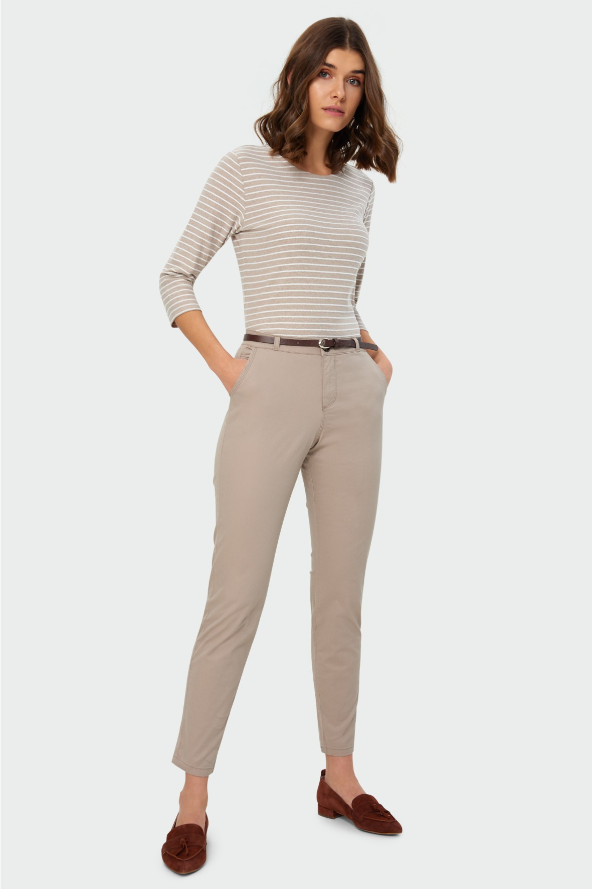 Beżowe  spodnie typu chino, pasek z ekologicznej skóry