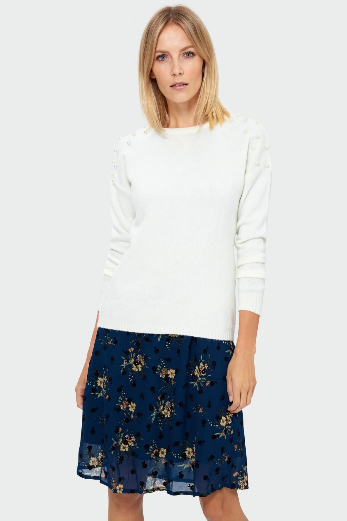 Miękki sweter o luźnym kroju - biały z perełkami na rękawach