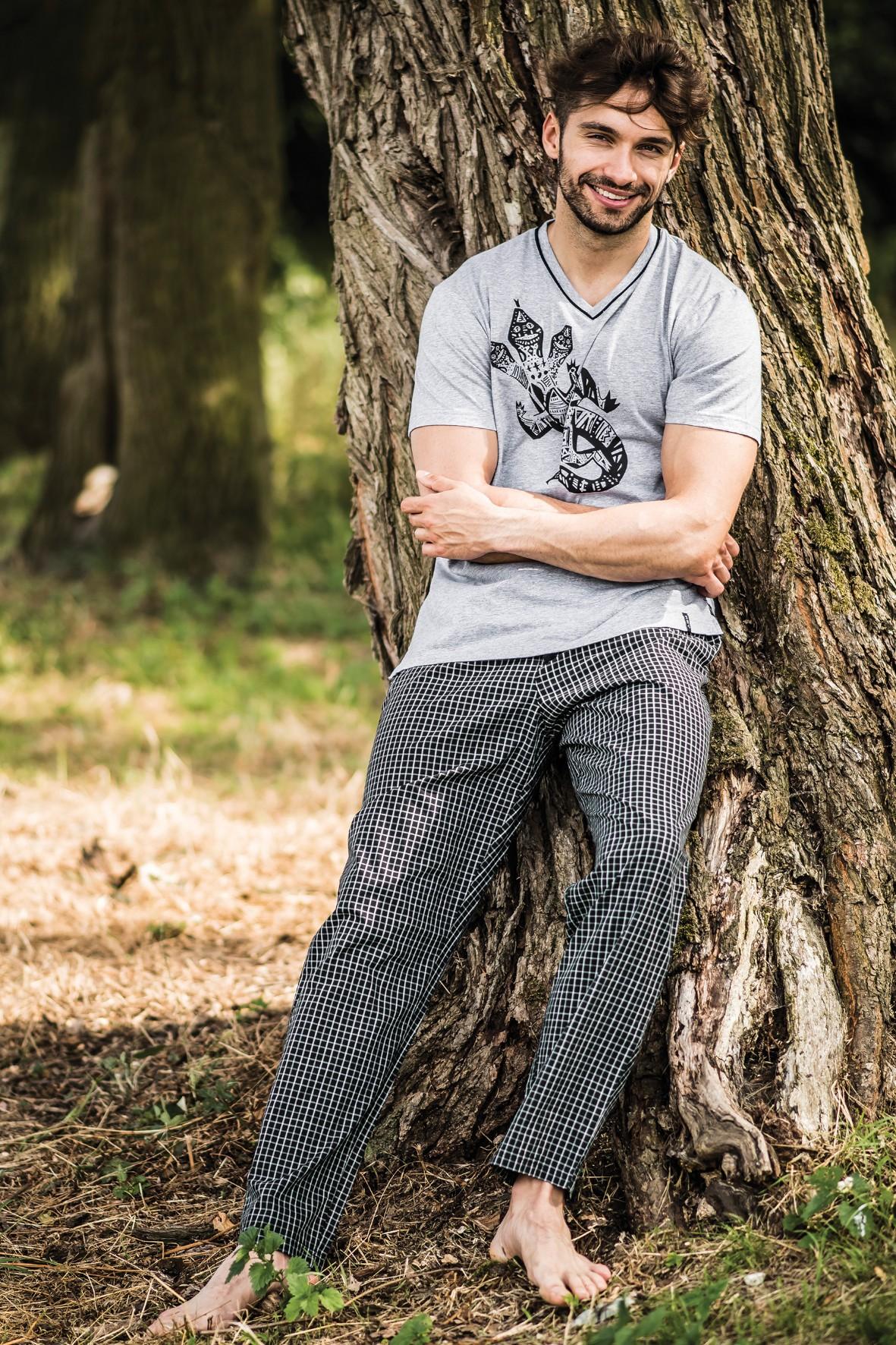 Długie męskie spodnie w czarną kratę