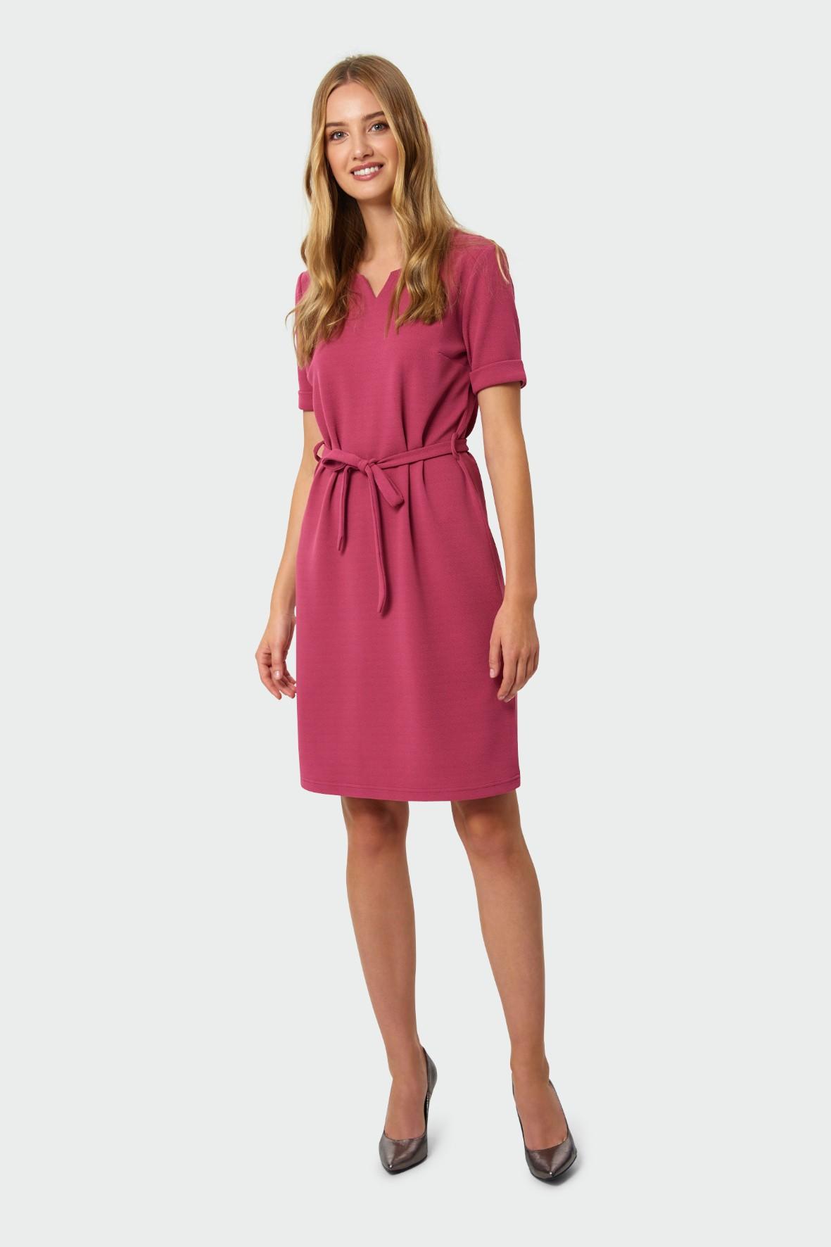 Sukienka o prostym kroju  dekoracyjne rozcięcie przy dekolcie różowa