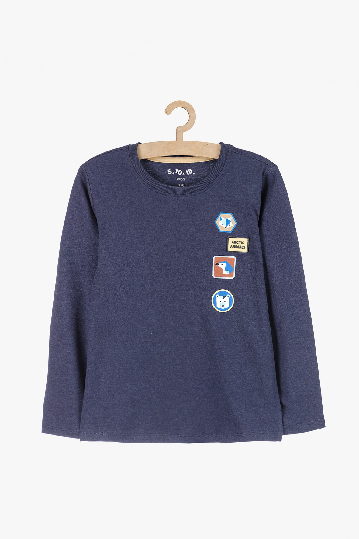 Granatowa bluzka dla chłopca z ozdobnymi naszywkami