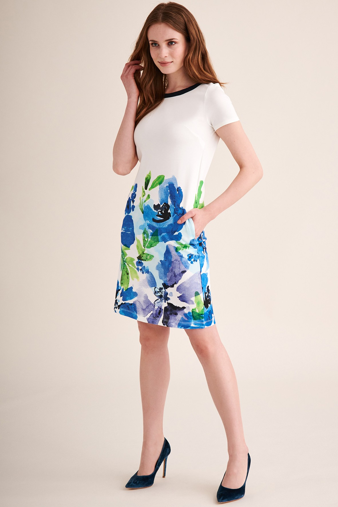 Sukienka dzianinowa w biała w niebieskie kwiaty - midi