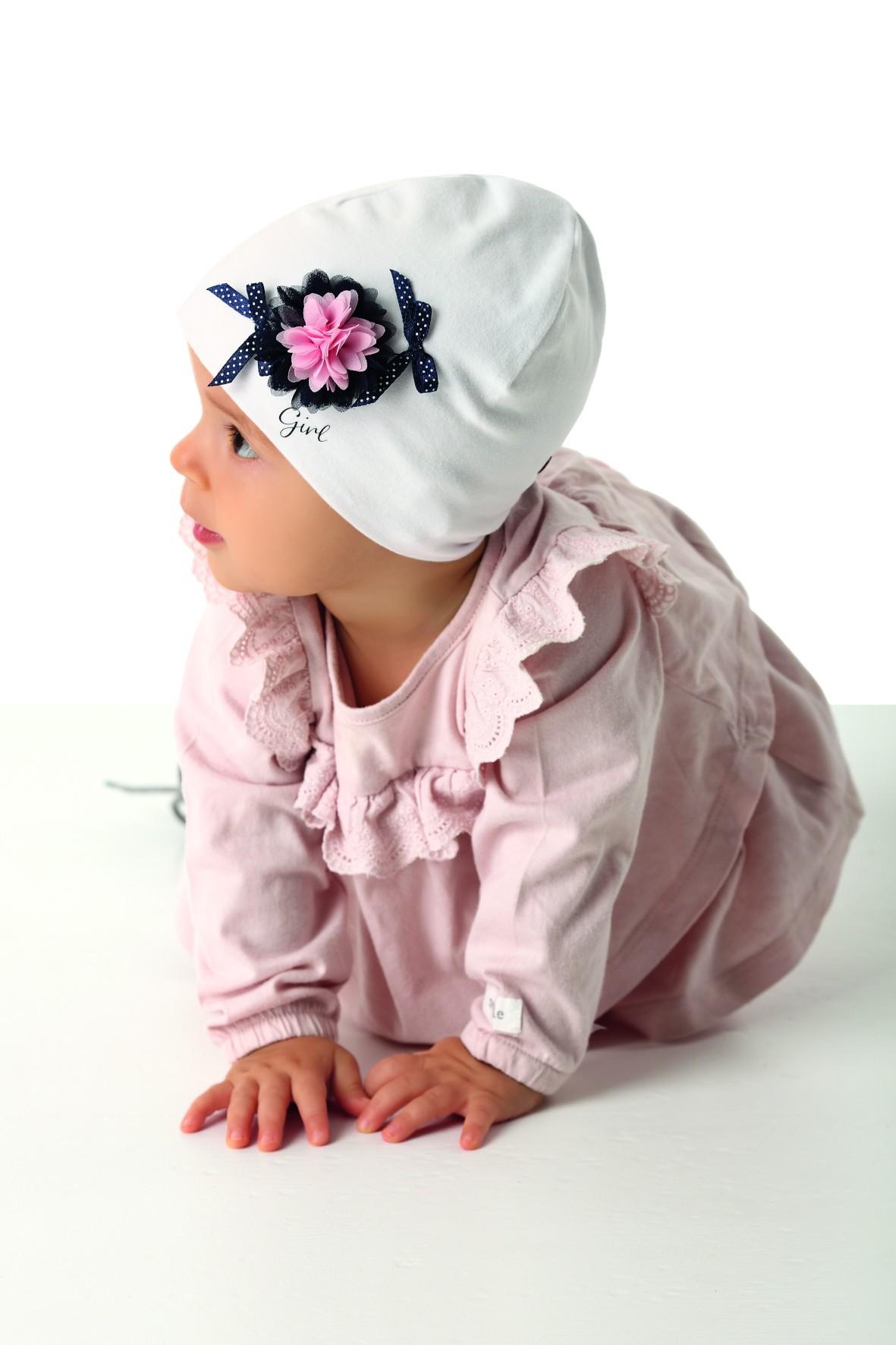 Czapeczka dziewczęca dzianinowa dwuwarstwowa - biała z granatowym kwiatkiem