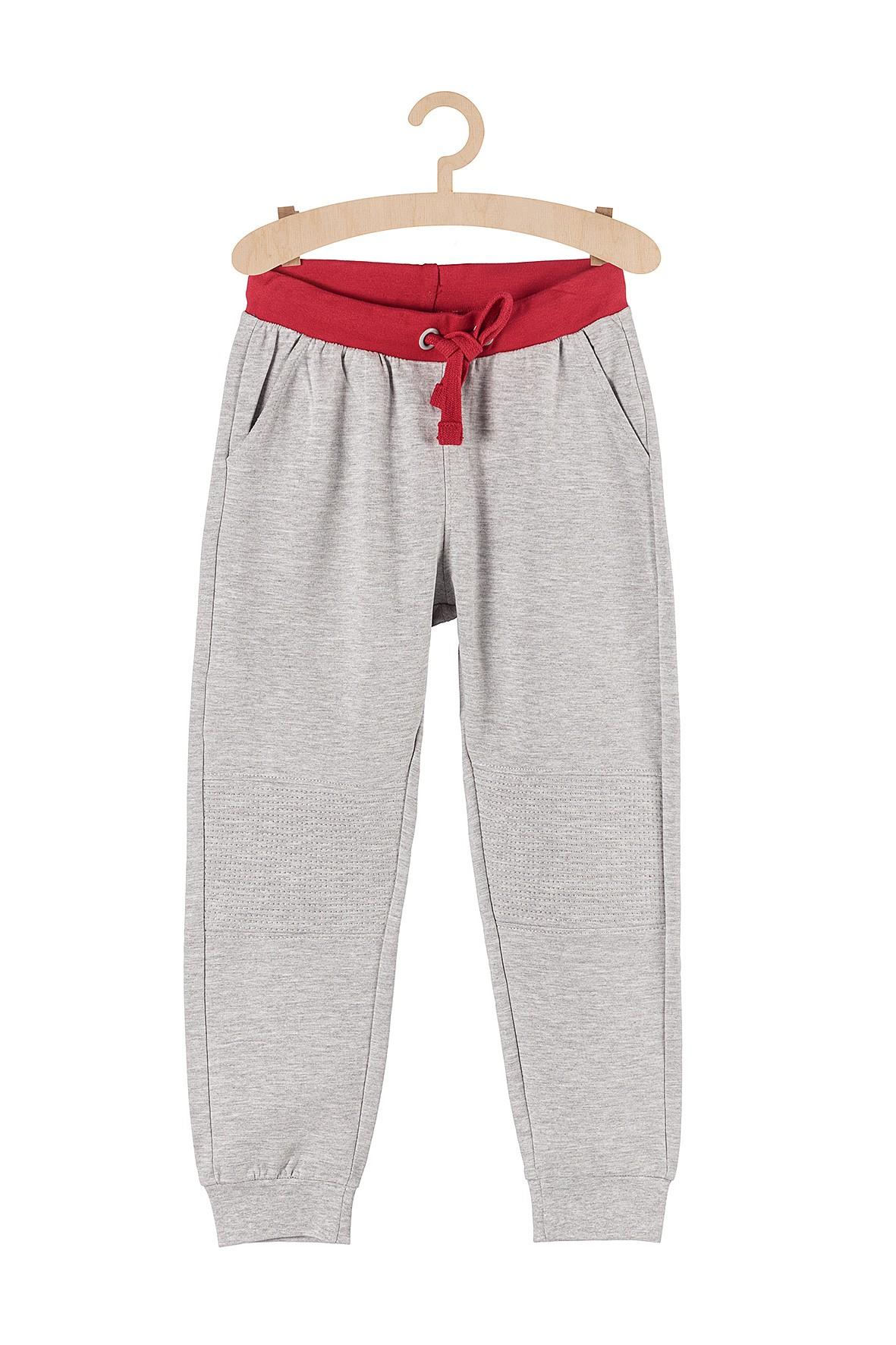 Spodnie chłopięce dresowe szare z przeszyciami na kolanach