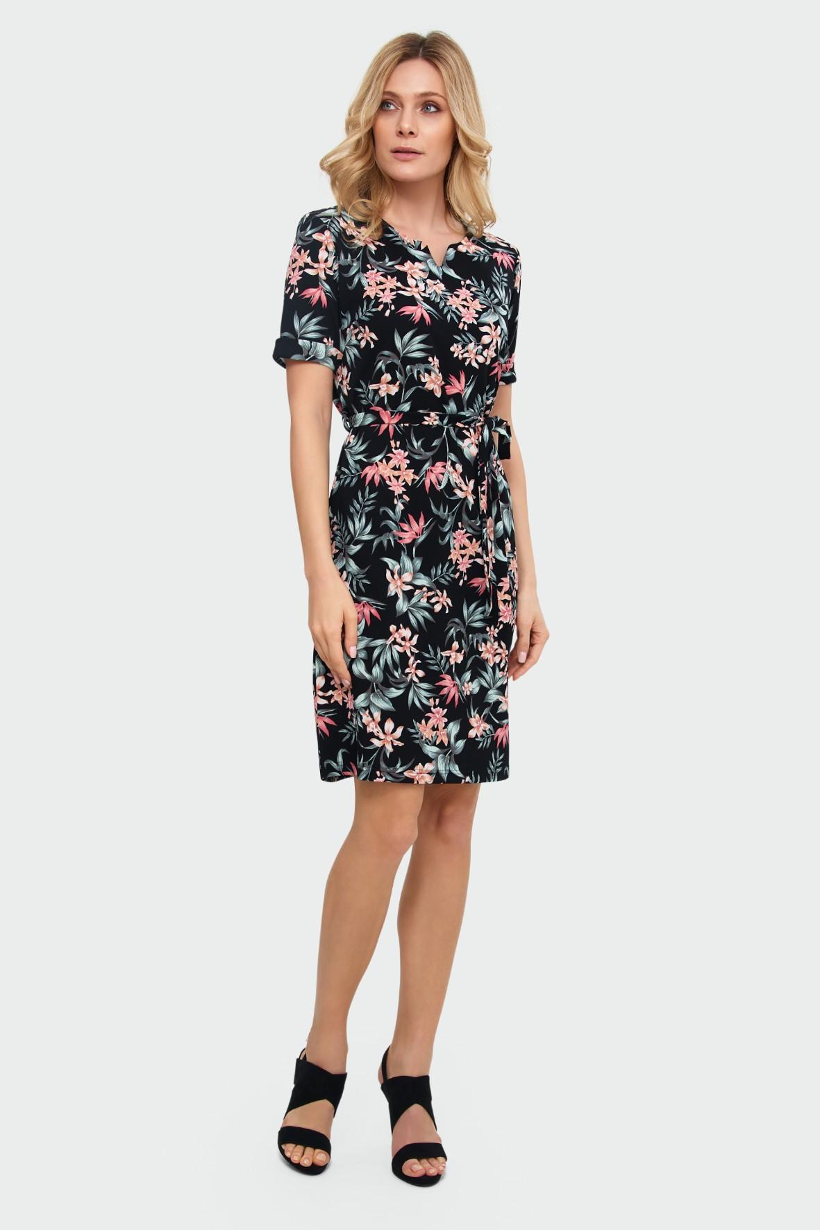 Sukienka o prostym kroju dekoracyjne rozcięcie przy dekolcie kwiatowy nadruk czarna