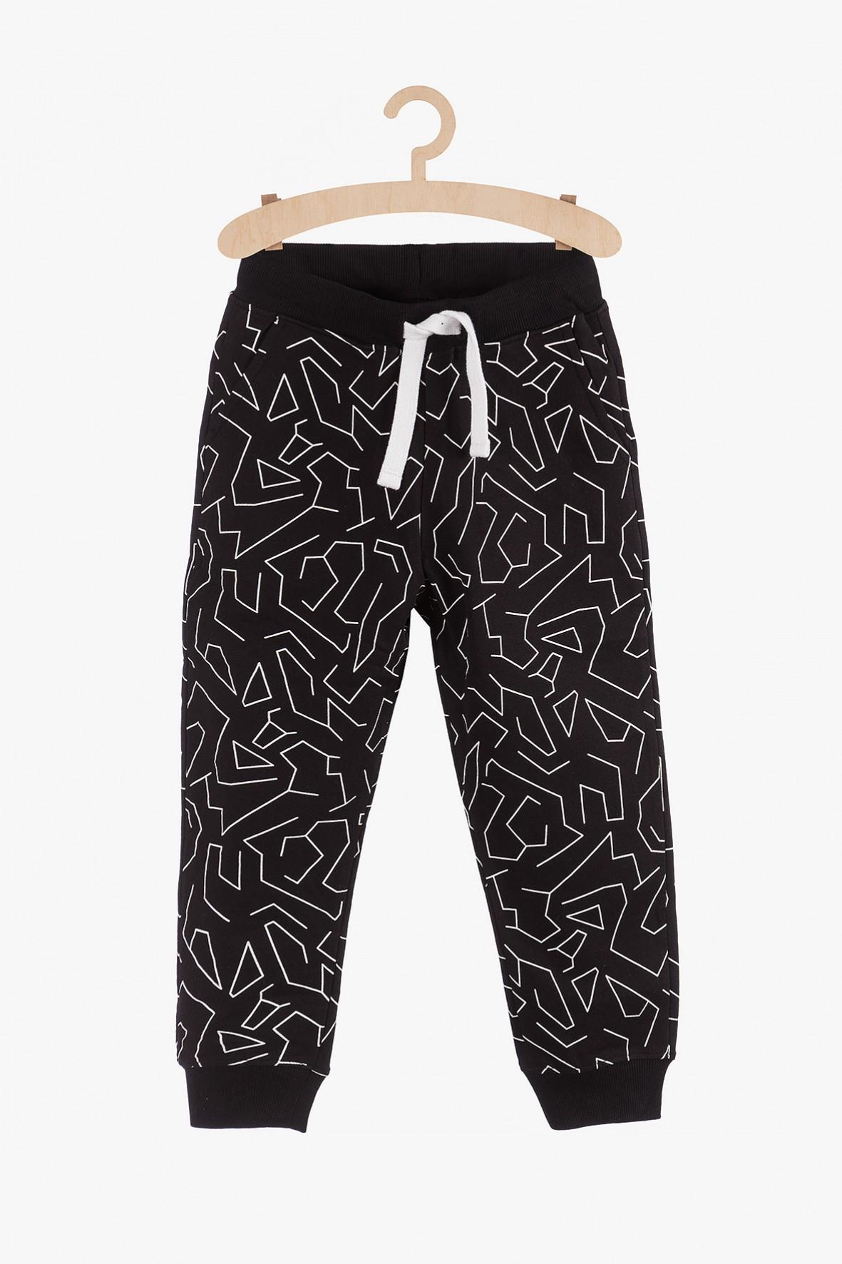 Spodnie dresowe w geometryczne wzory