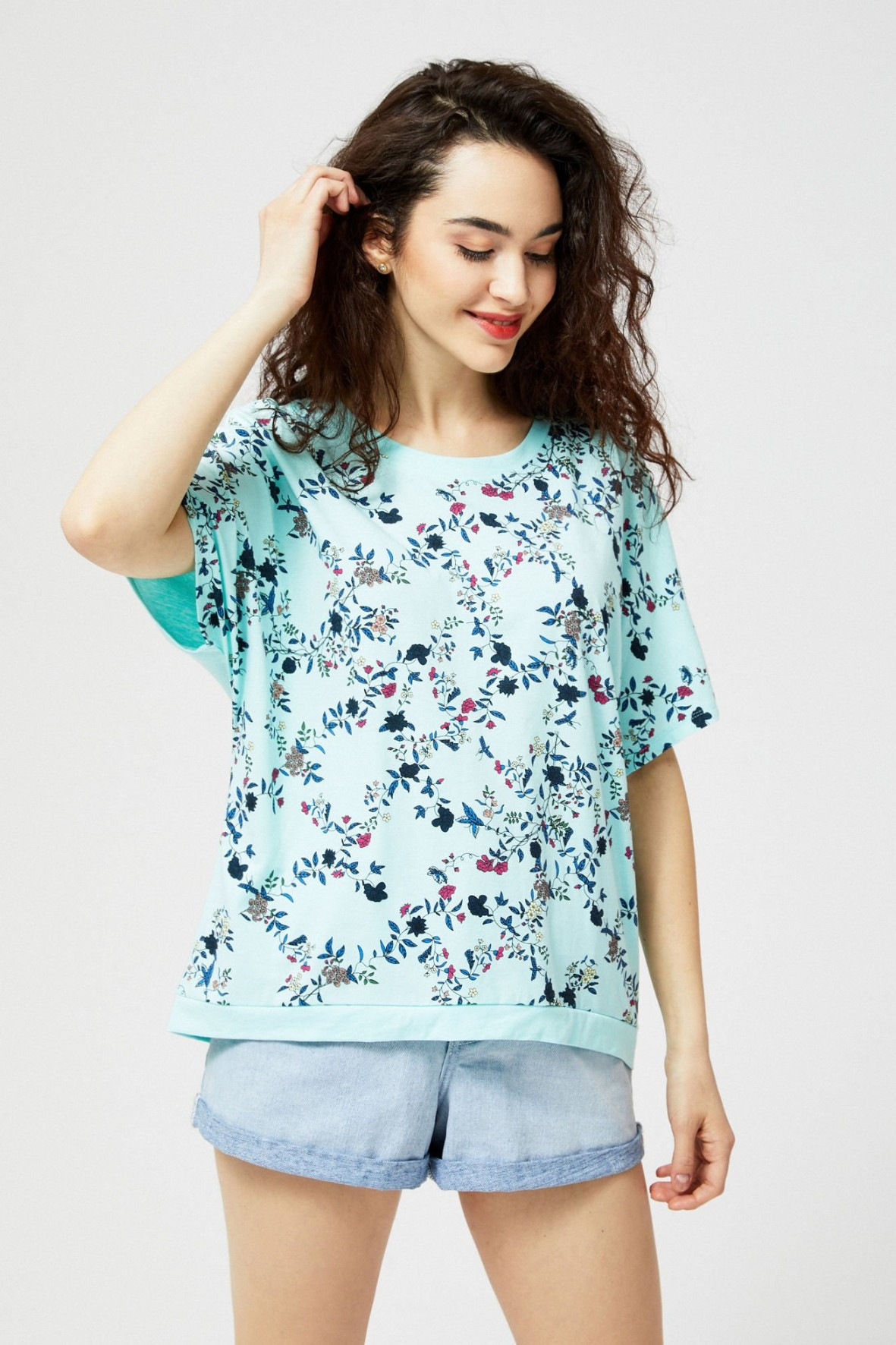 T-shirt damski bawełniany z kwiecistym nadrukiem- niebieski