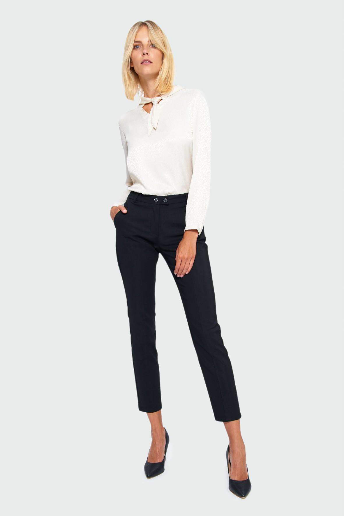 Elegancka bluzka z ozdobnym wiązaniem - biała