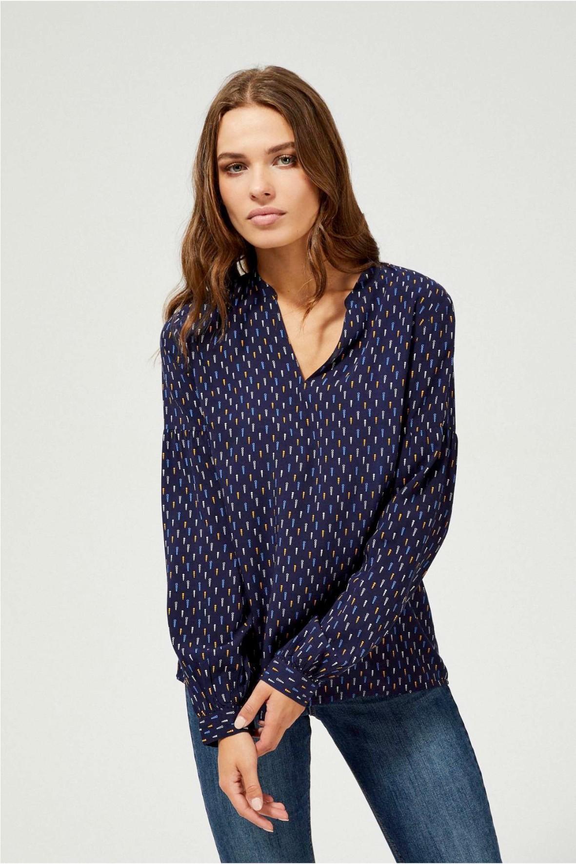 Granatowa koszula damska nierozpinana z kolorowym nadrukiem i ze stójką