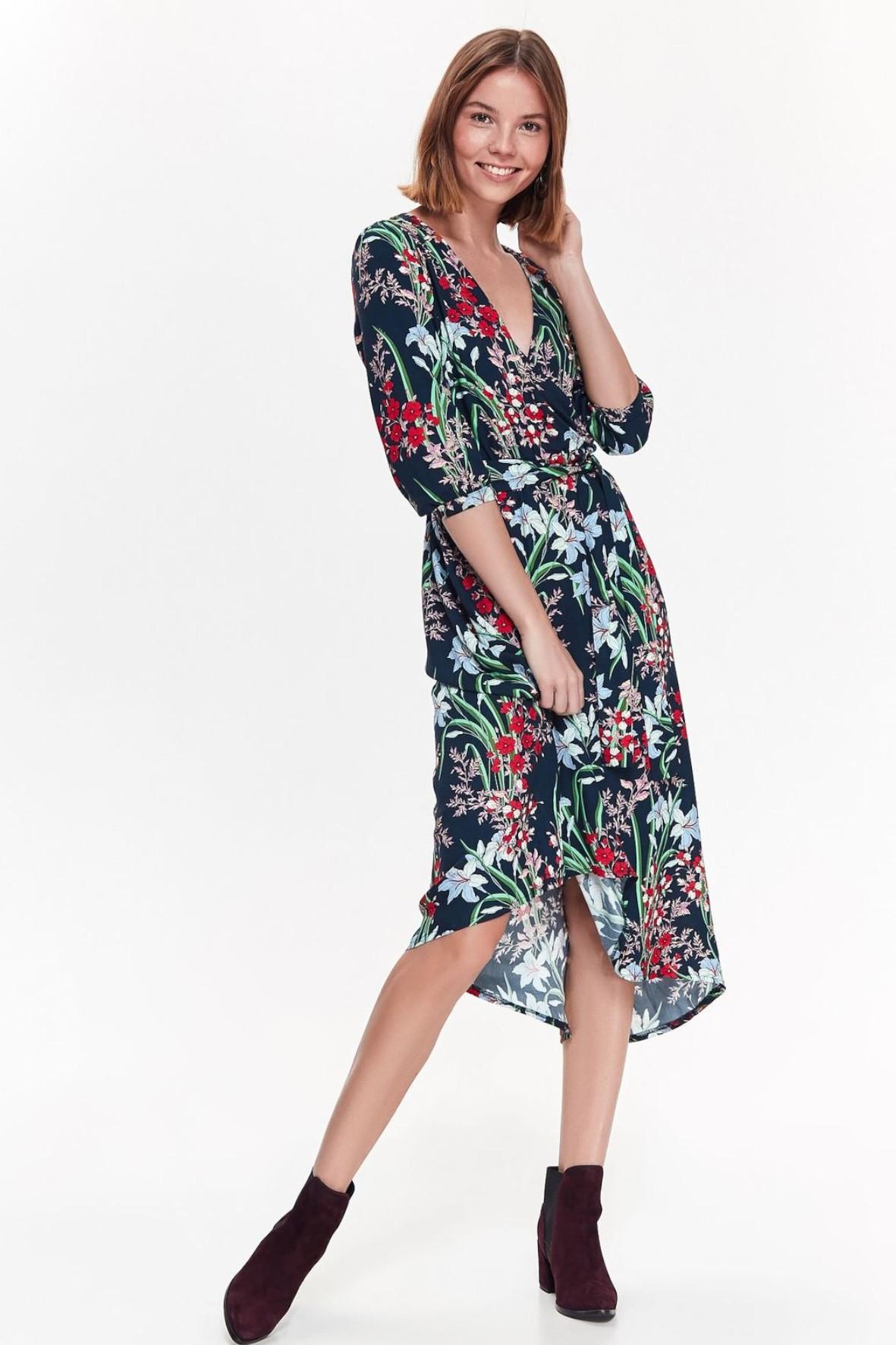 Granatowa  sukienka damska z kolorowymi kwiatami o luźnym fasonie z asymetrycznymi dłuższymi bokami