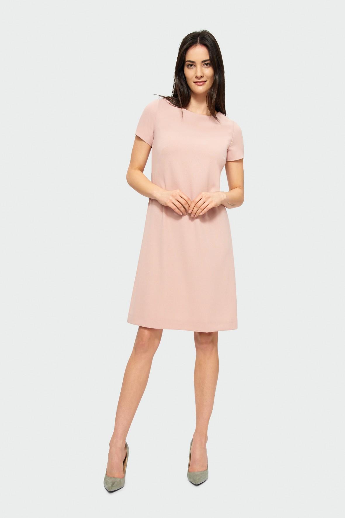 Prosta różowa sukienka z krótkim rękawem