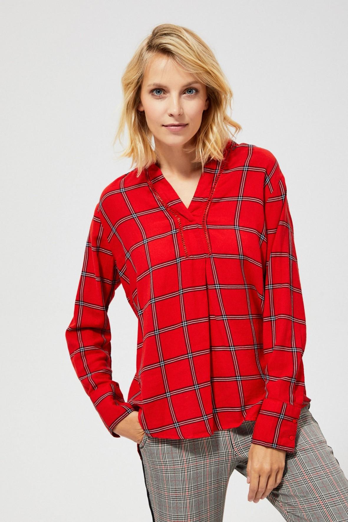 Czerwona koszula w kratkę z ażurową wstawką