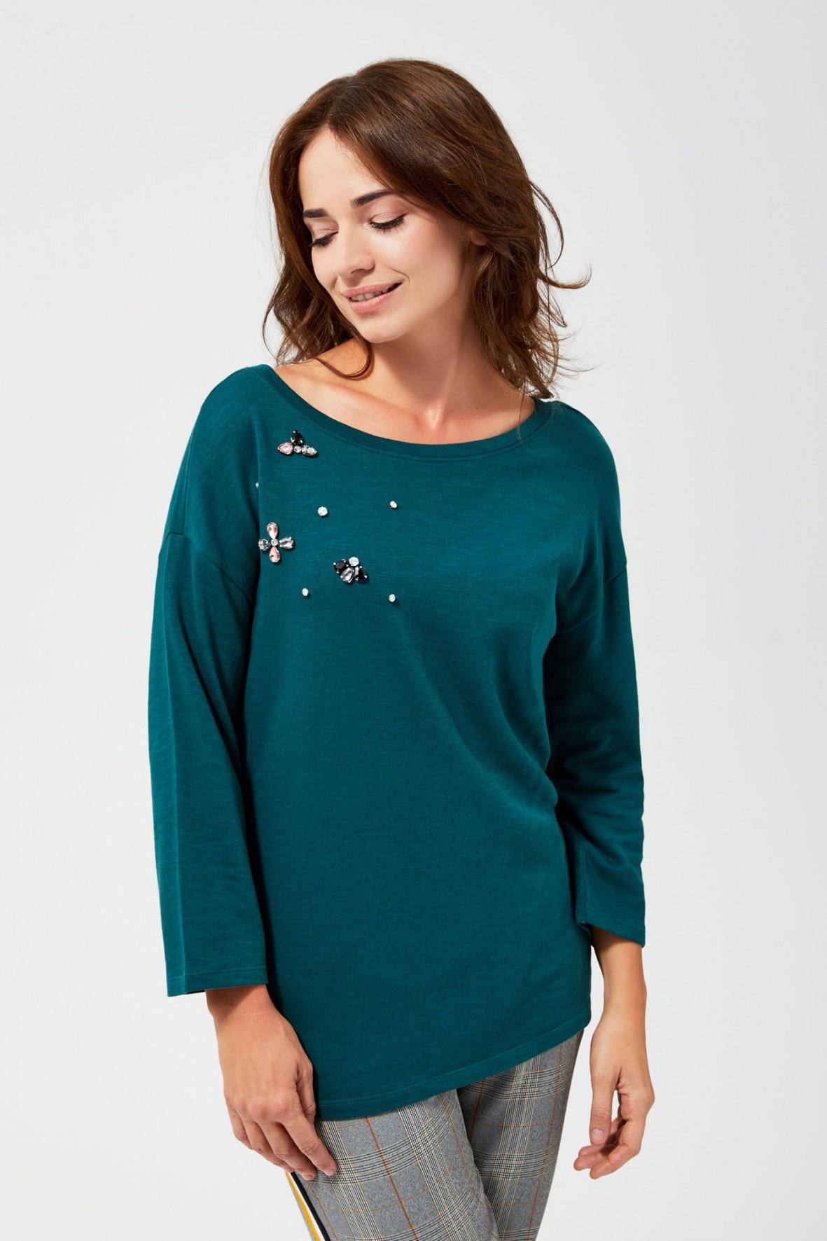 Zielona bluzka damska z ozdobnymi alikacjami