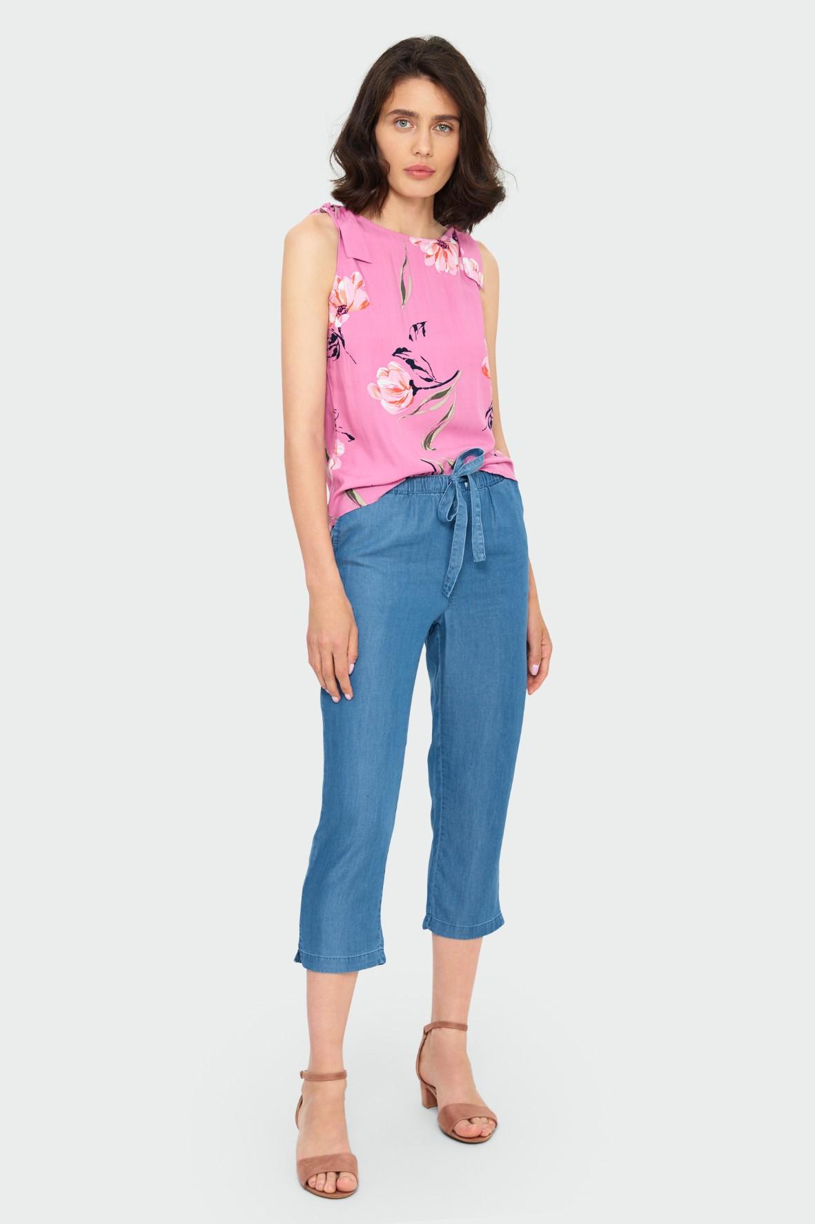 Różowa bluzka damska na ramiączka w kolorowe kwiaty