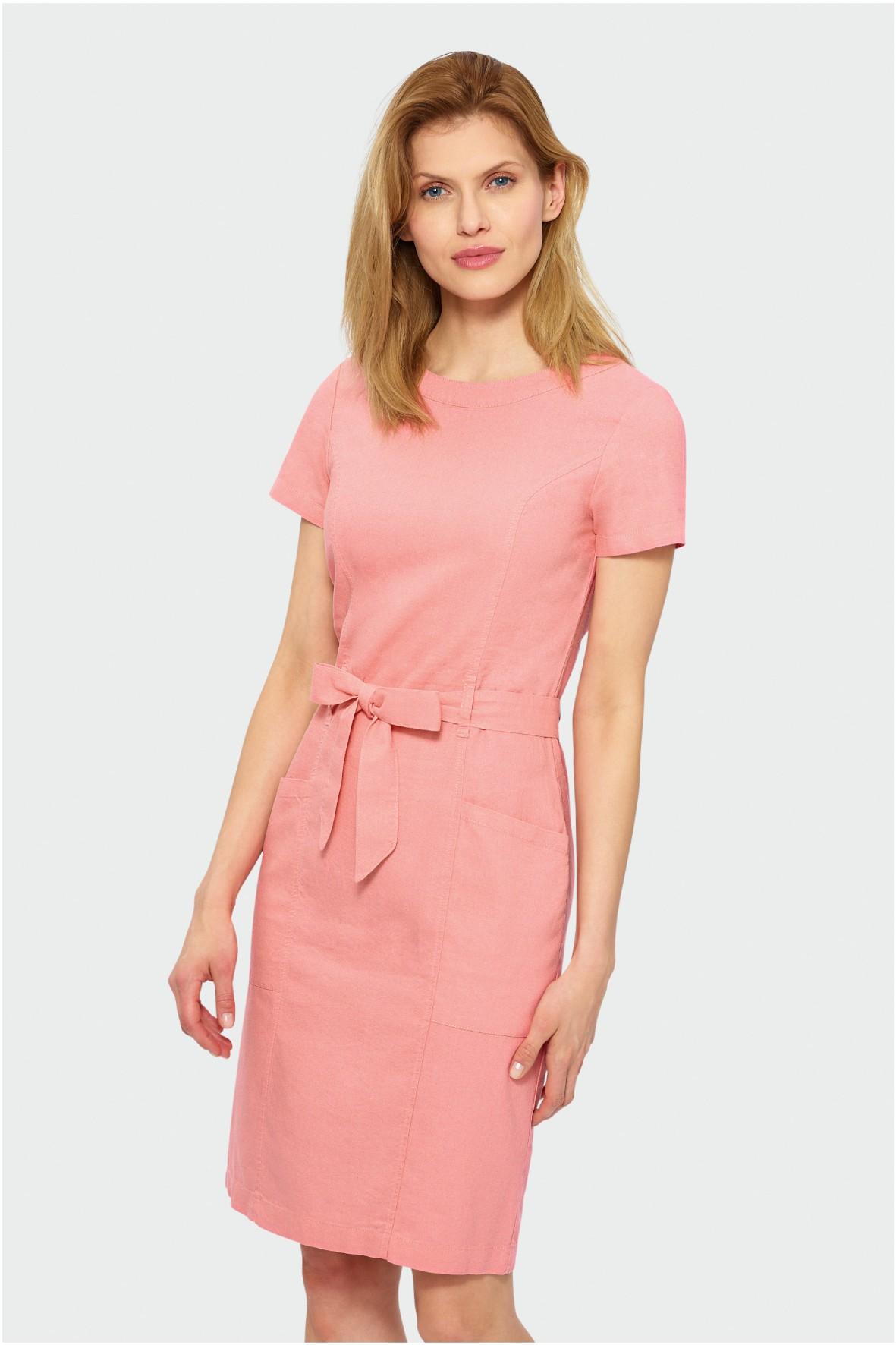 Sukienka do kolan odcięta w talii z naszywanymi kieszeniami- brzoskwiniowa