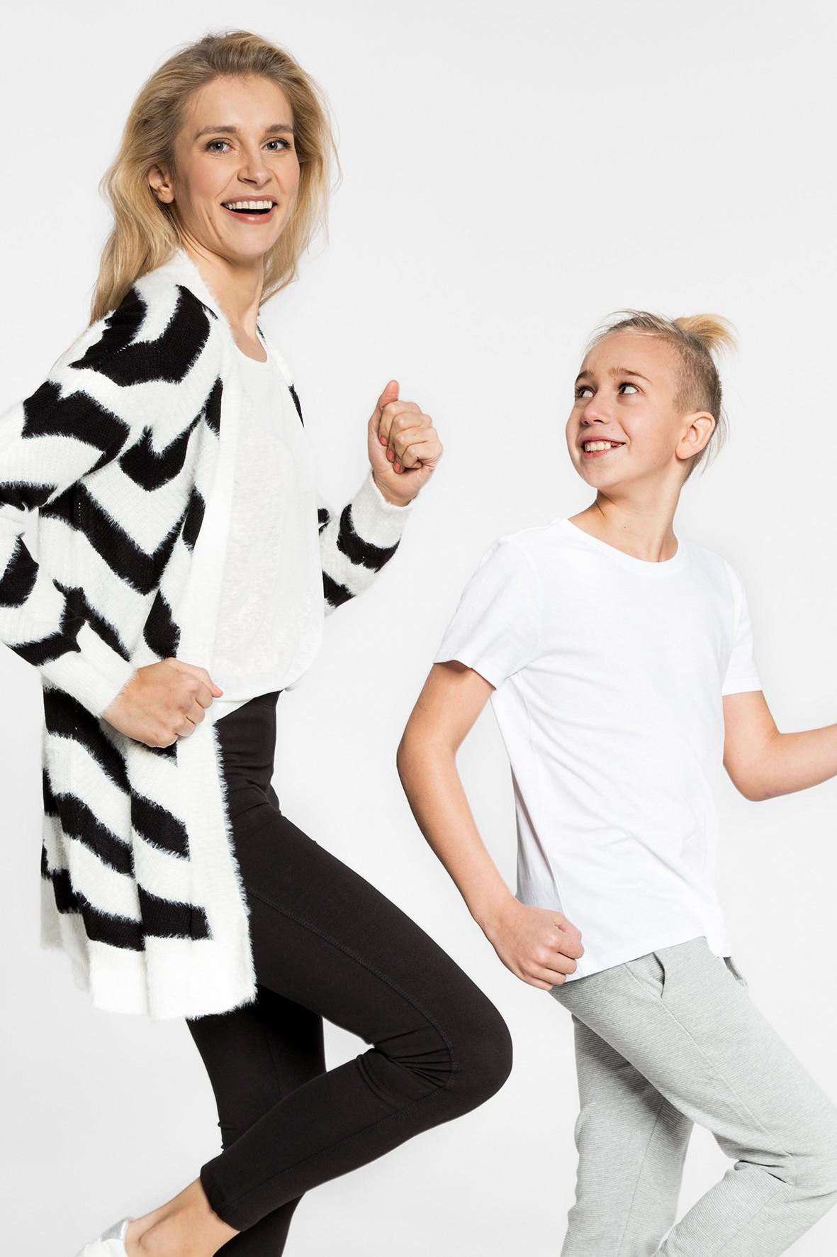 Damski sweter z dzianiny - biały w zygzaki