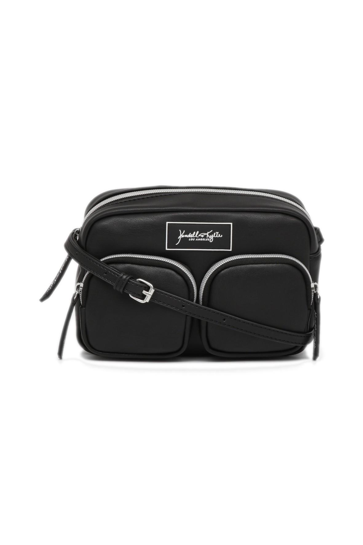 Czarna torebka z ozdobnymi i praktycznymi dwiema zewnętrznymi kieszeniami