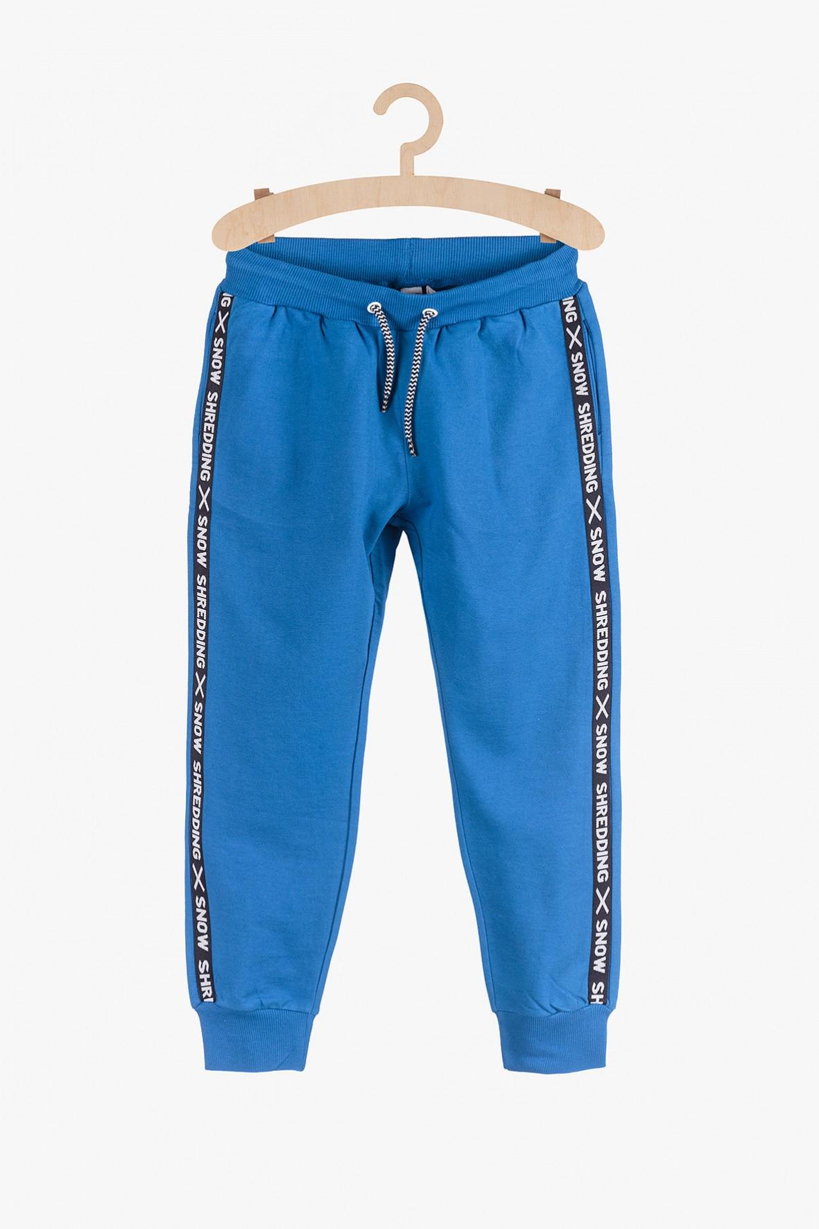 Dresowe spodnie dla chłopca- niebieskie z lampasami
